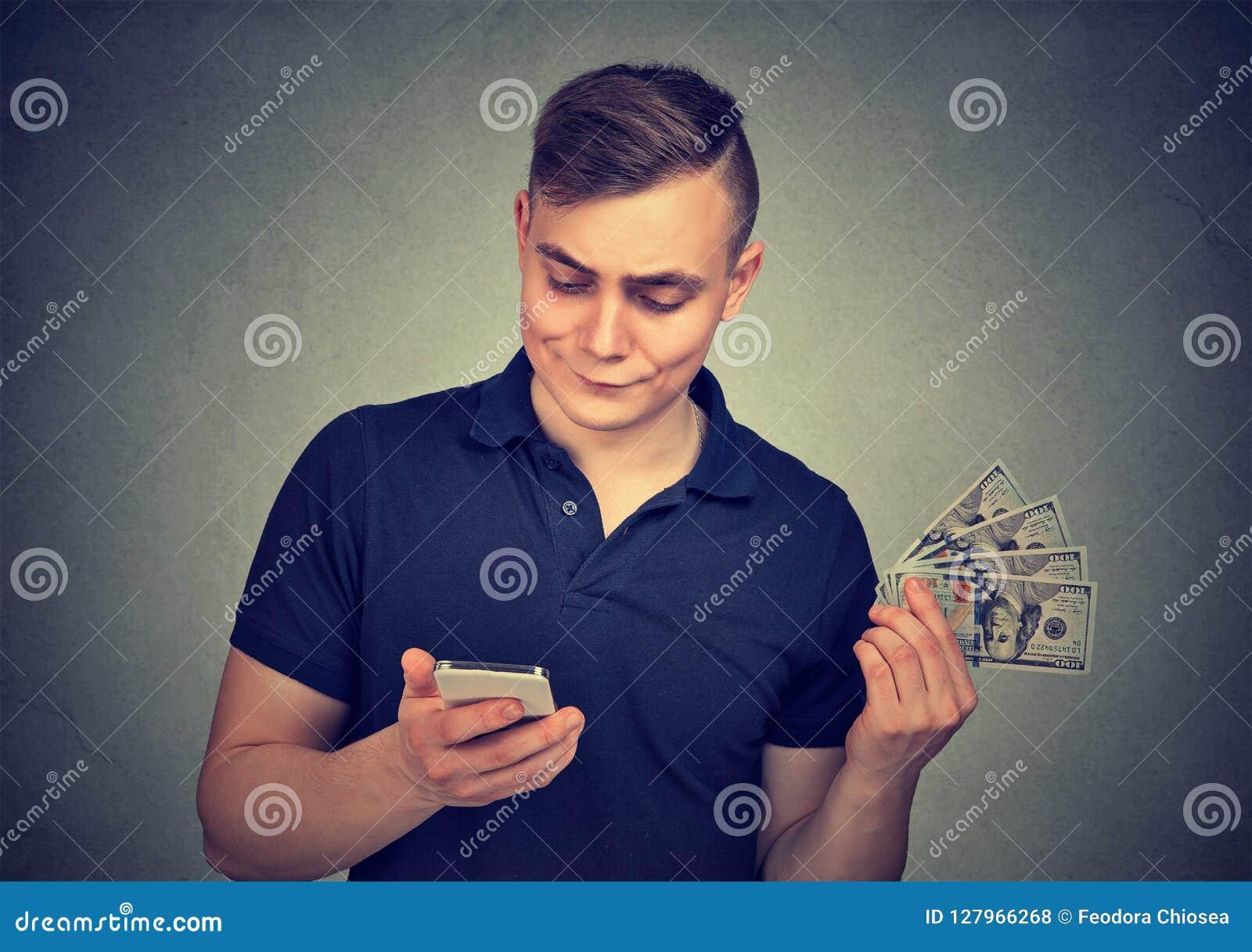 有现金的人使用智能手机