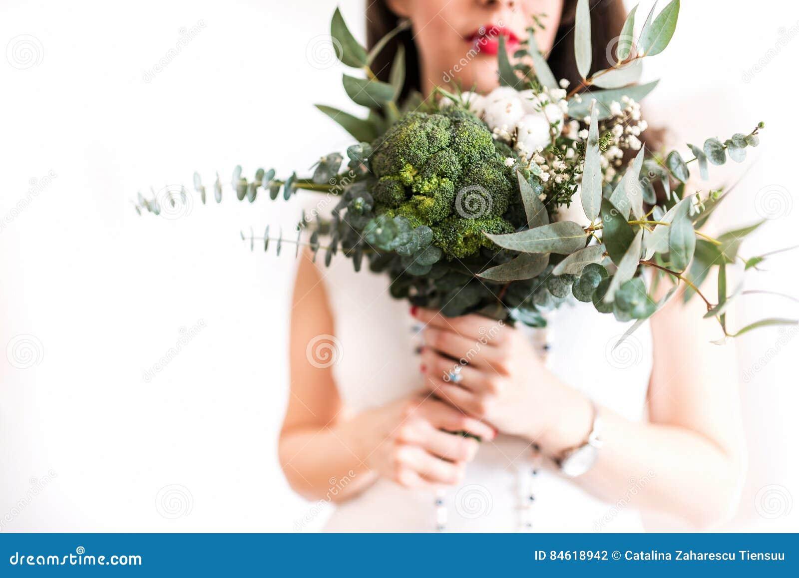 有现代foodie花束的年轻新娘