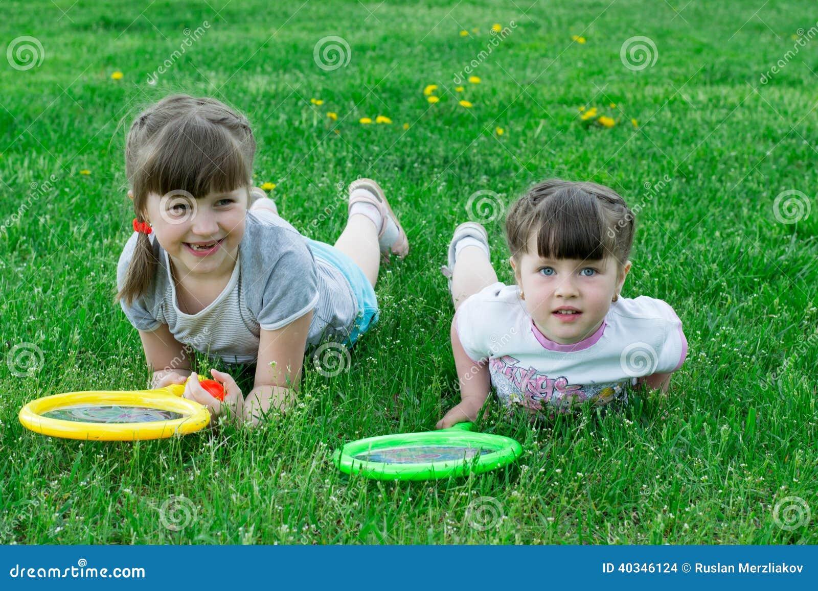 有球拍的孩子在草