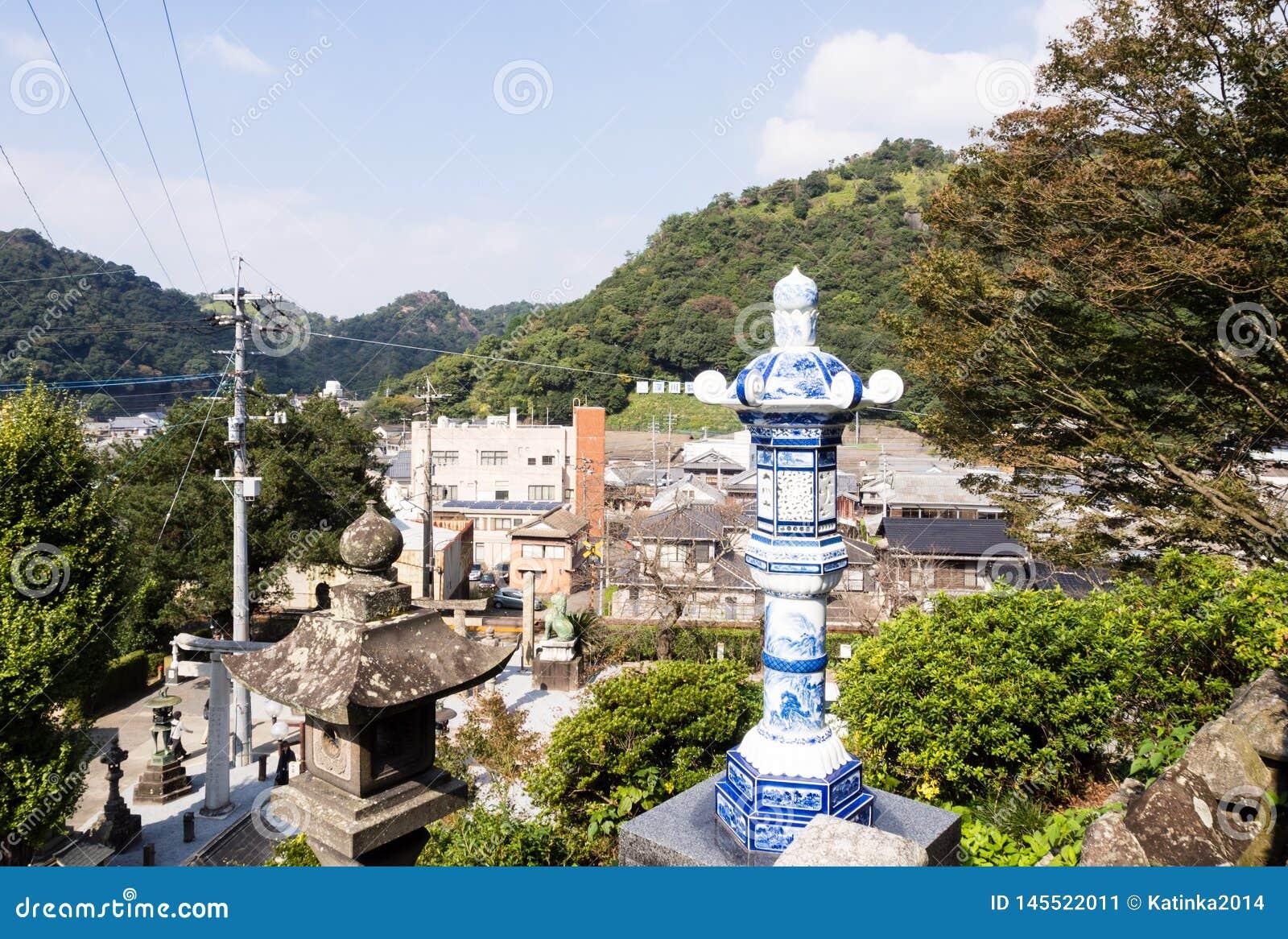 有田町镇全景从历史的Tozan寺庙地面的著名为它的陶瓷艺术