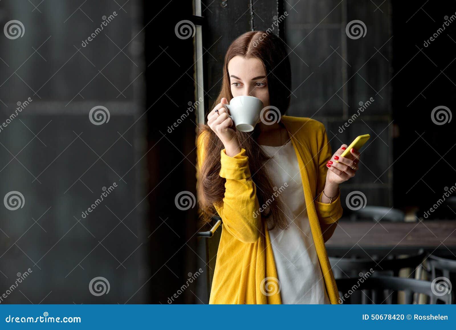 Download 有电话和一杯咖啡的妇女 库存照片. 图片 包括有 内部, 媒体, 消息, 饮料, 电话, 读取, 投反对票 - 50678420