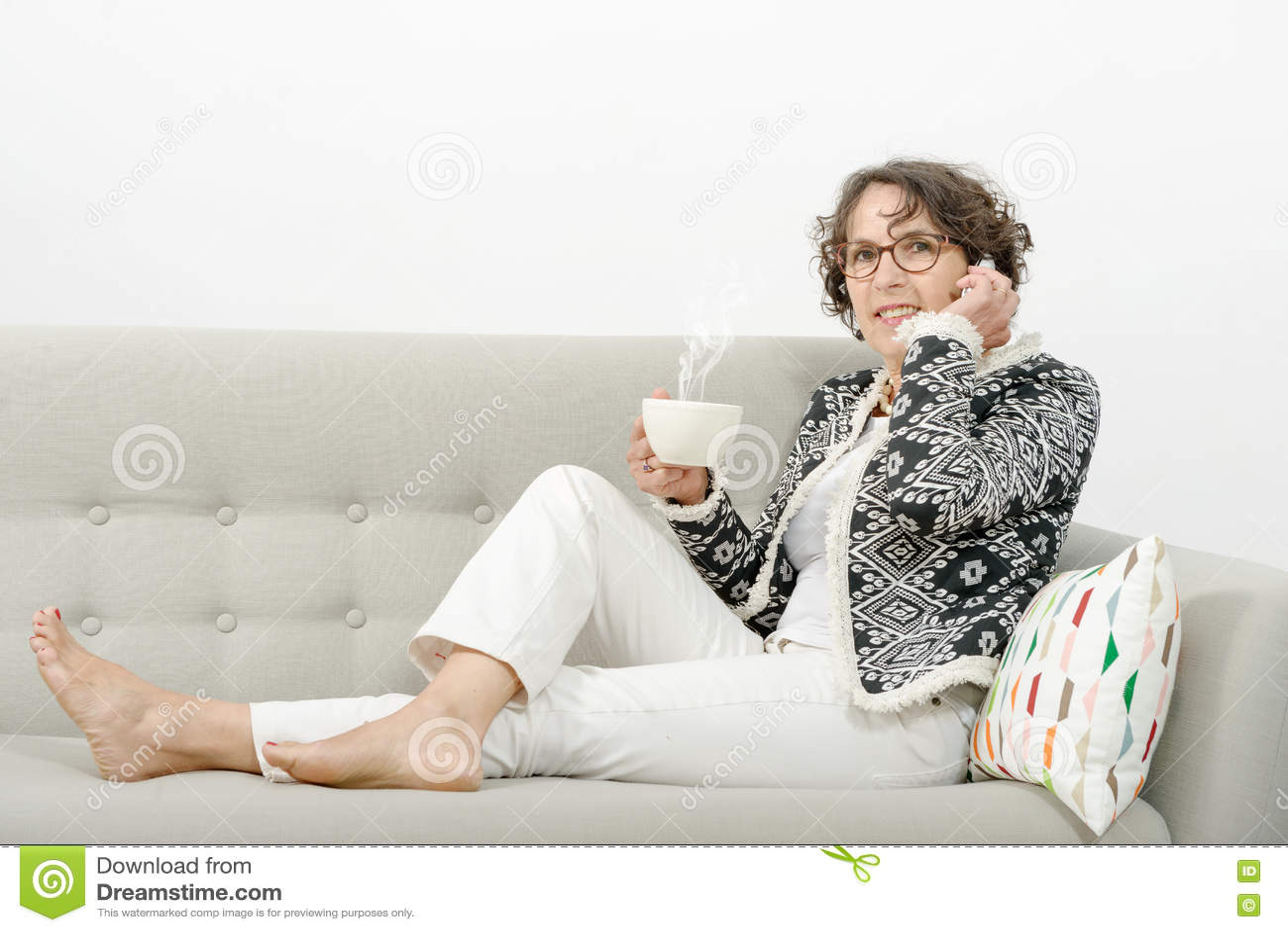 有电话的,饮用的茶成熟妇女