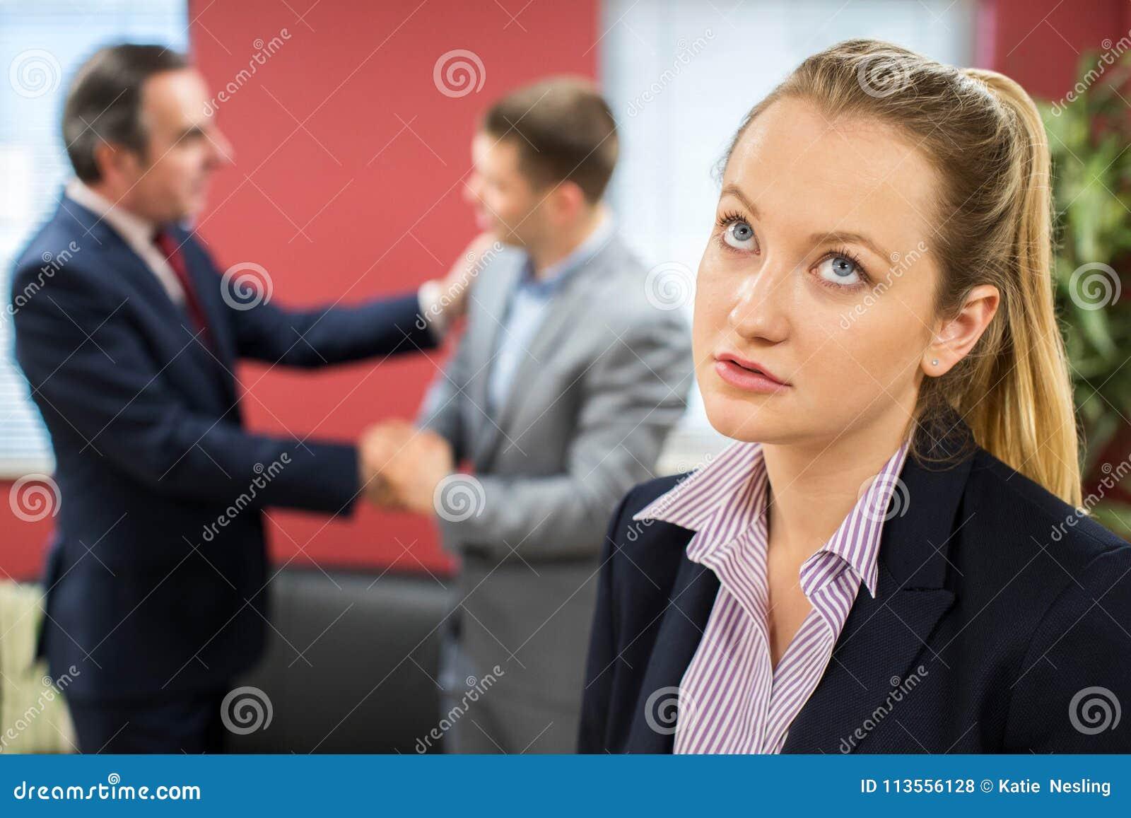 有男性同事的不快乐的女实业家祝贺