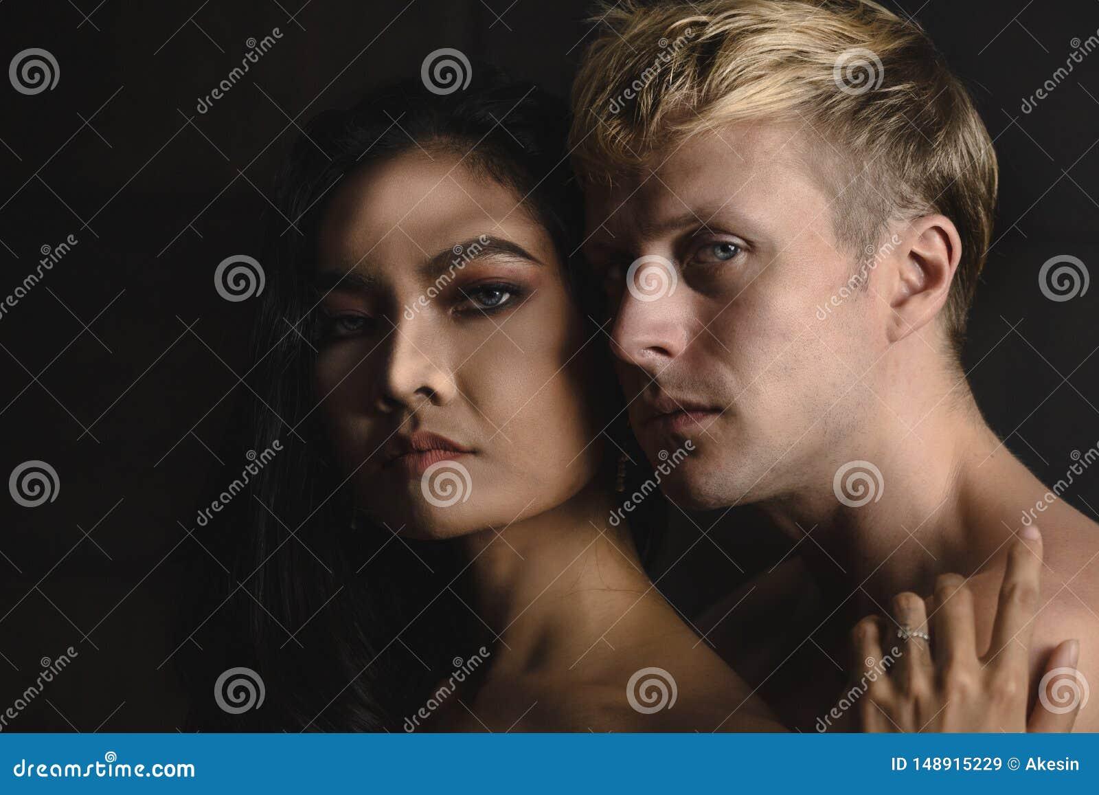 有白种人男性和亚裔的女性画象言情片刻