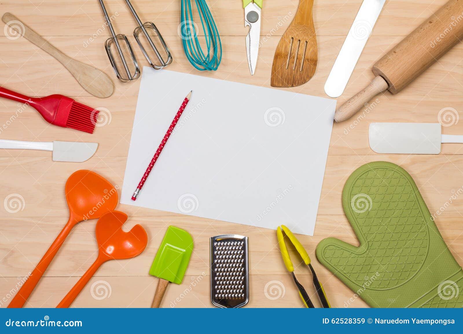 有白纸和铅笔的五颜六色的厨房器物