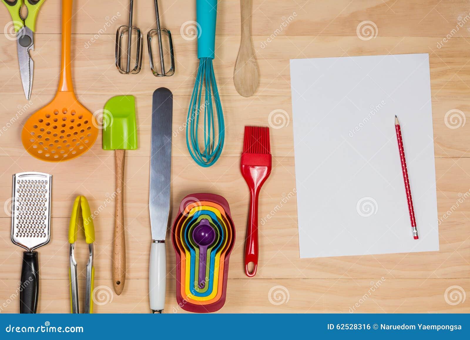 有白纸anad的酥皮点心和烘烤工具书写