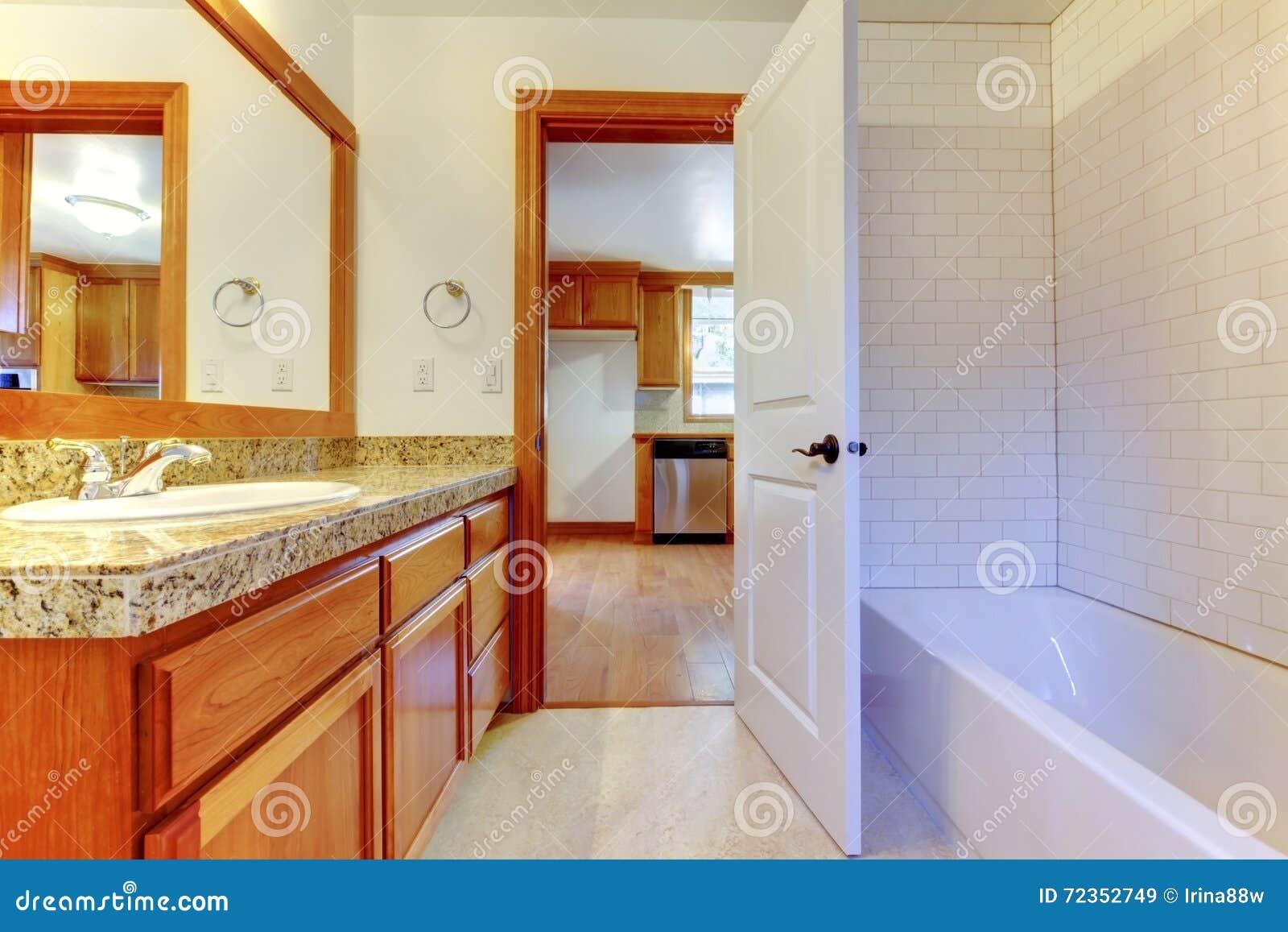 有白色墙壁和大镜子的舒适卫生间