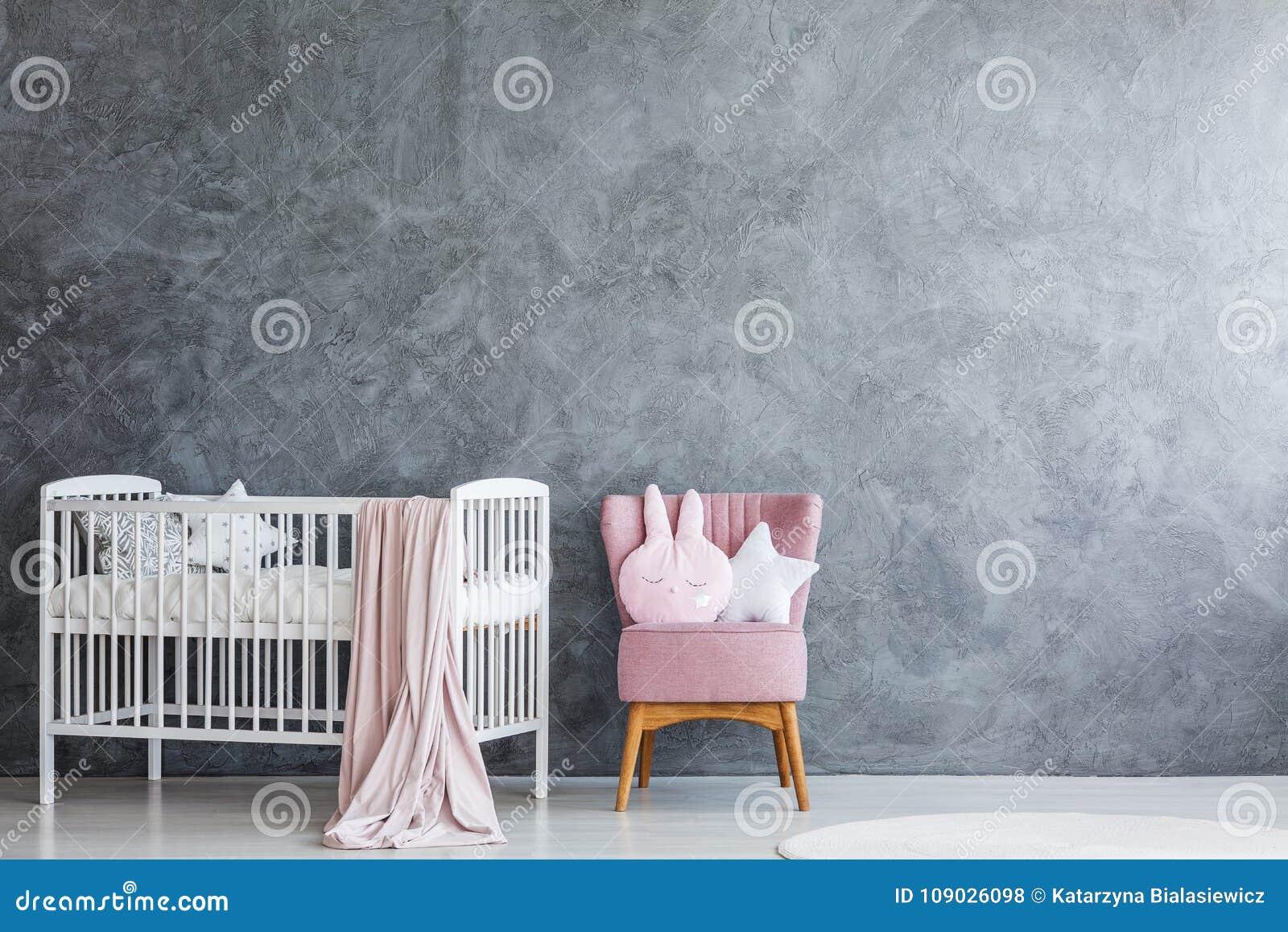 有白色小儿床的婴孩室