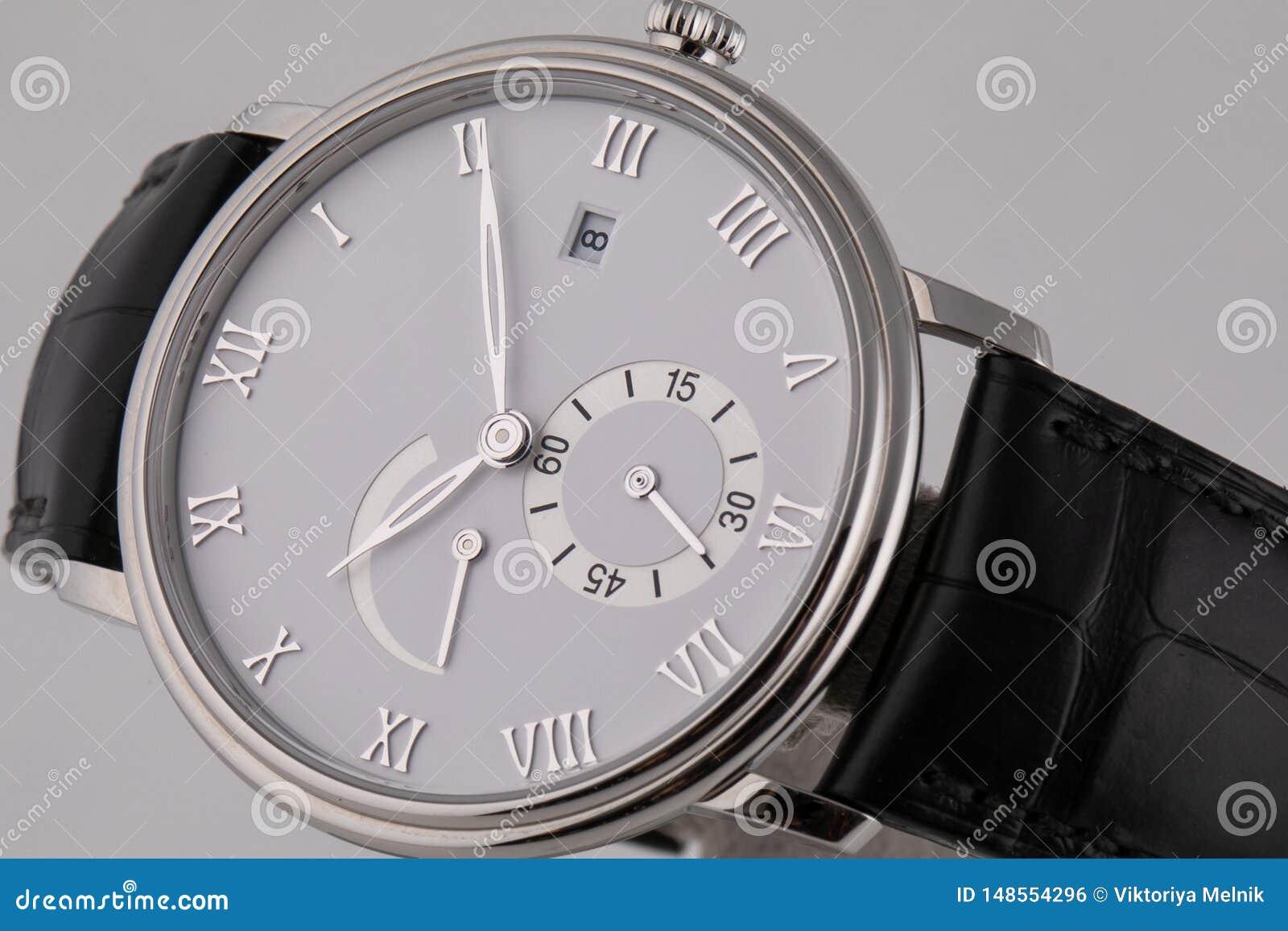 有白色拨号盘的银色手表,银色顺时针,秒表和测时器在白色背景隔绝的黑皮带