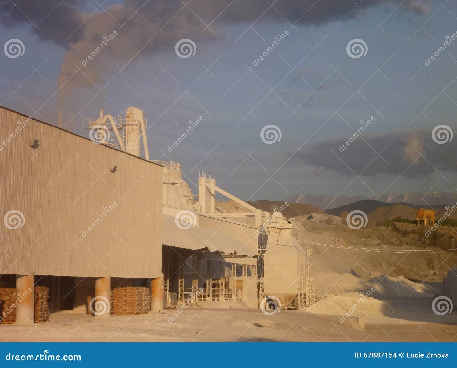 有白色粉末的白色抽烟的石灰工厂