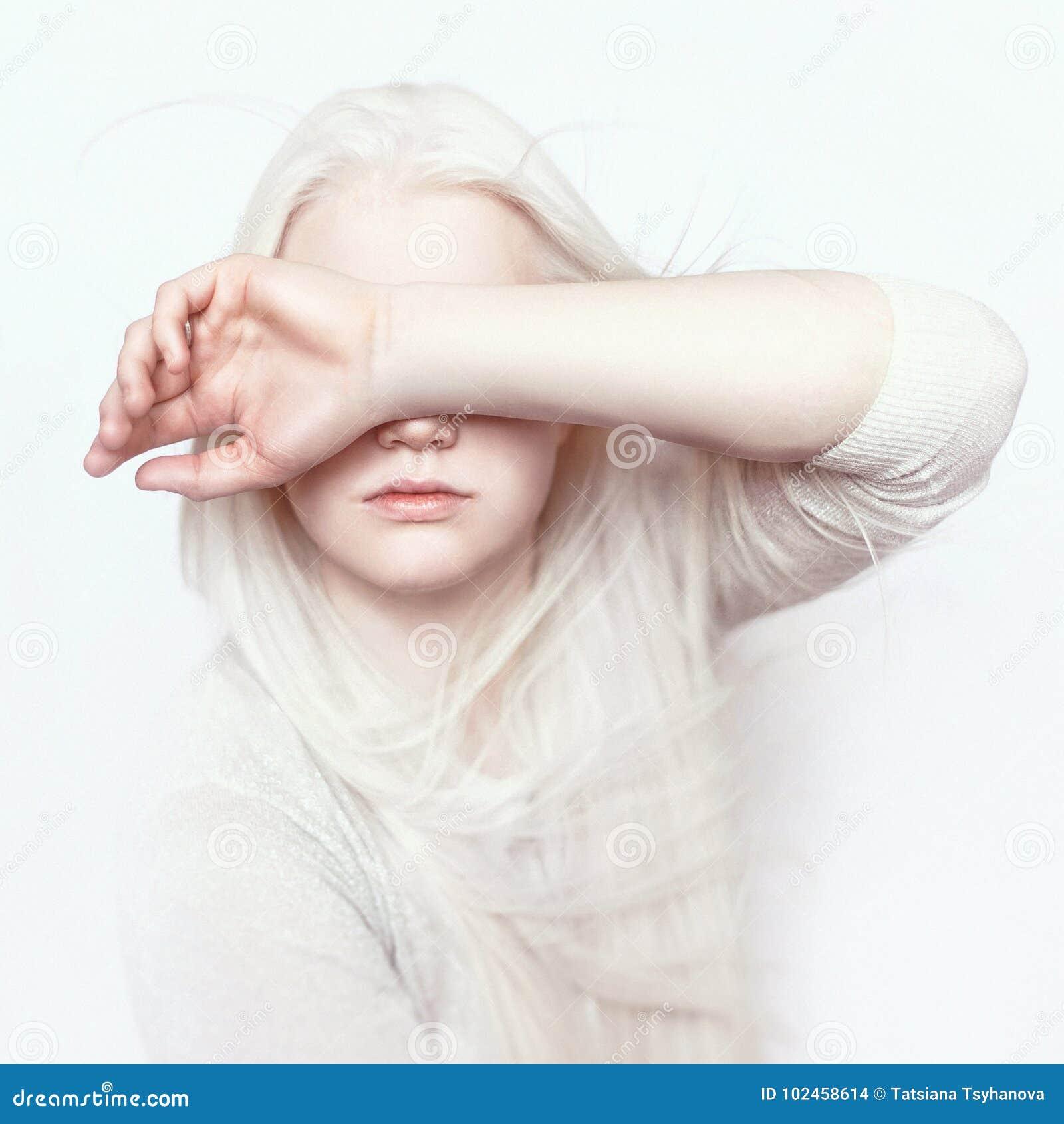 有白色纯净的皮肤、自然嘴唇和白发的白变种女孩 在轻的背景的照片面孔 头的画象 白肤金发的女孩
