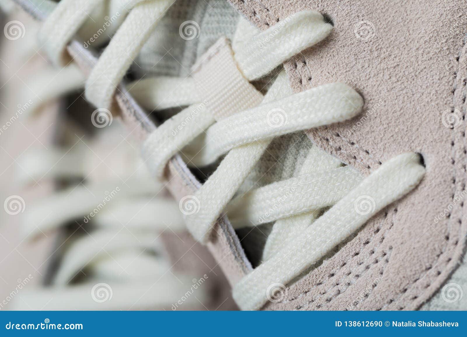 有白色鞋带的运动鞋