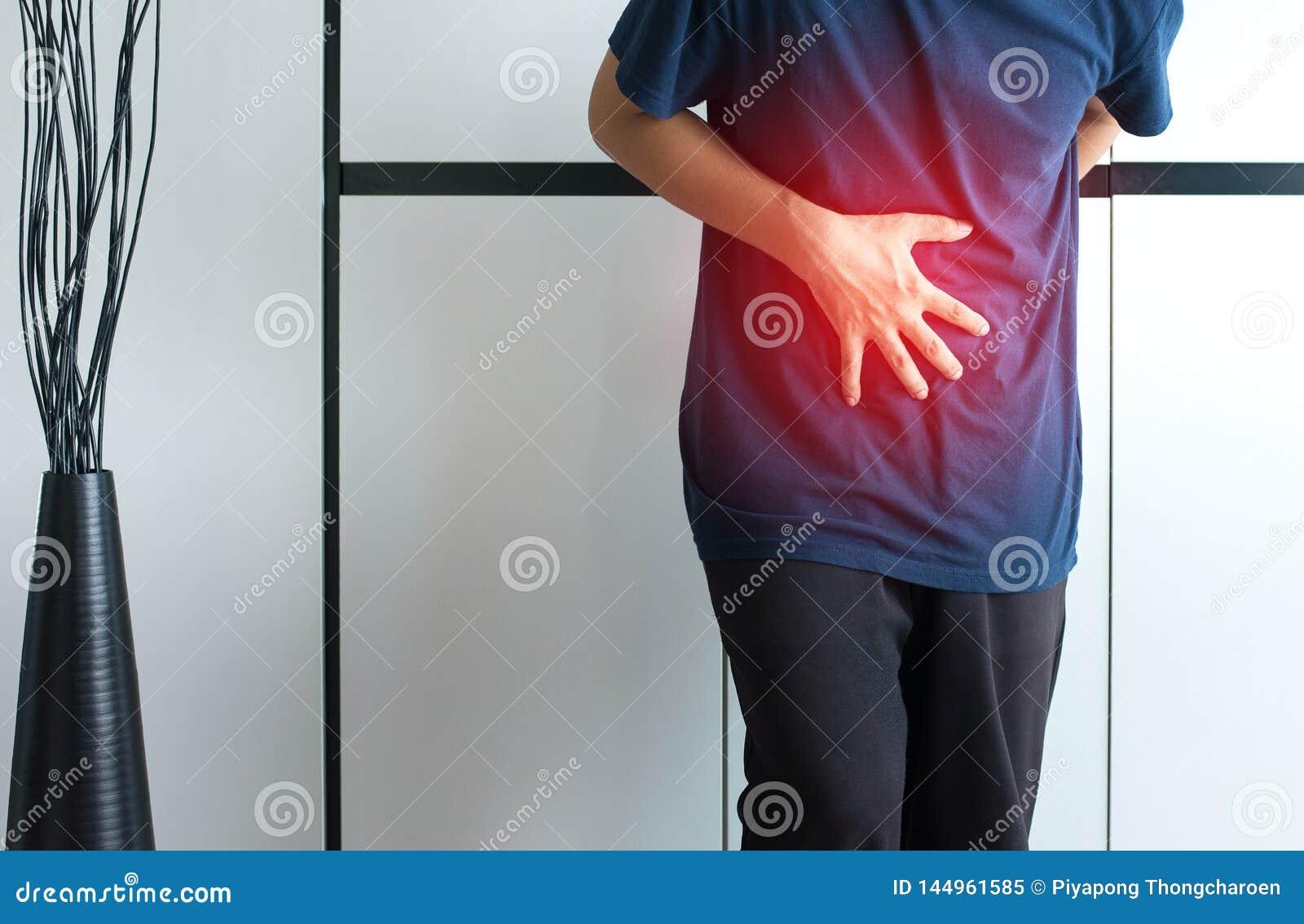 有的人痛苦的stomachache在家,从胃肠痛苦,紧压腹部的手的男性痛苦