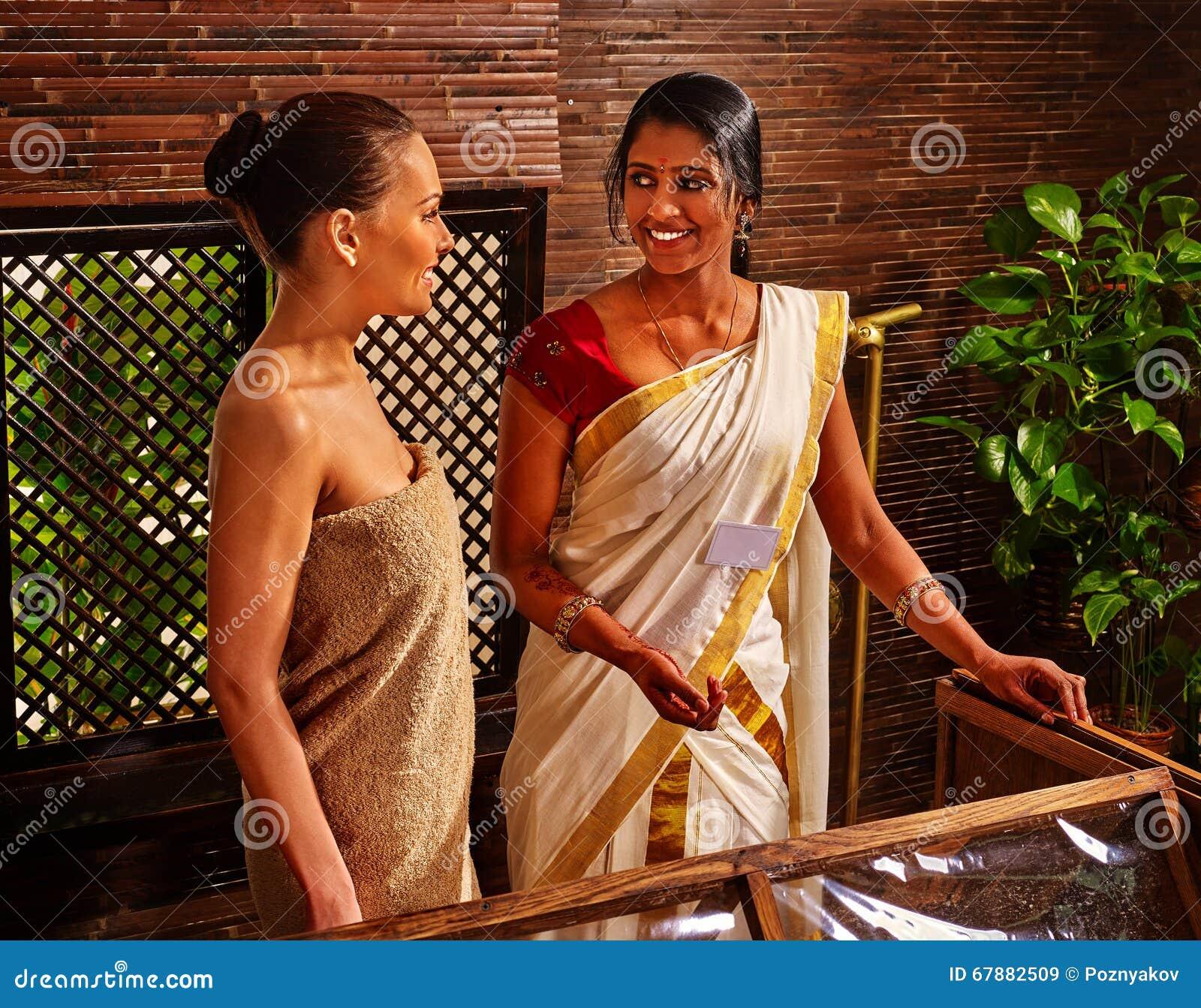 有的妇女Ayurveda蒸汽浴