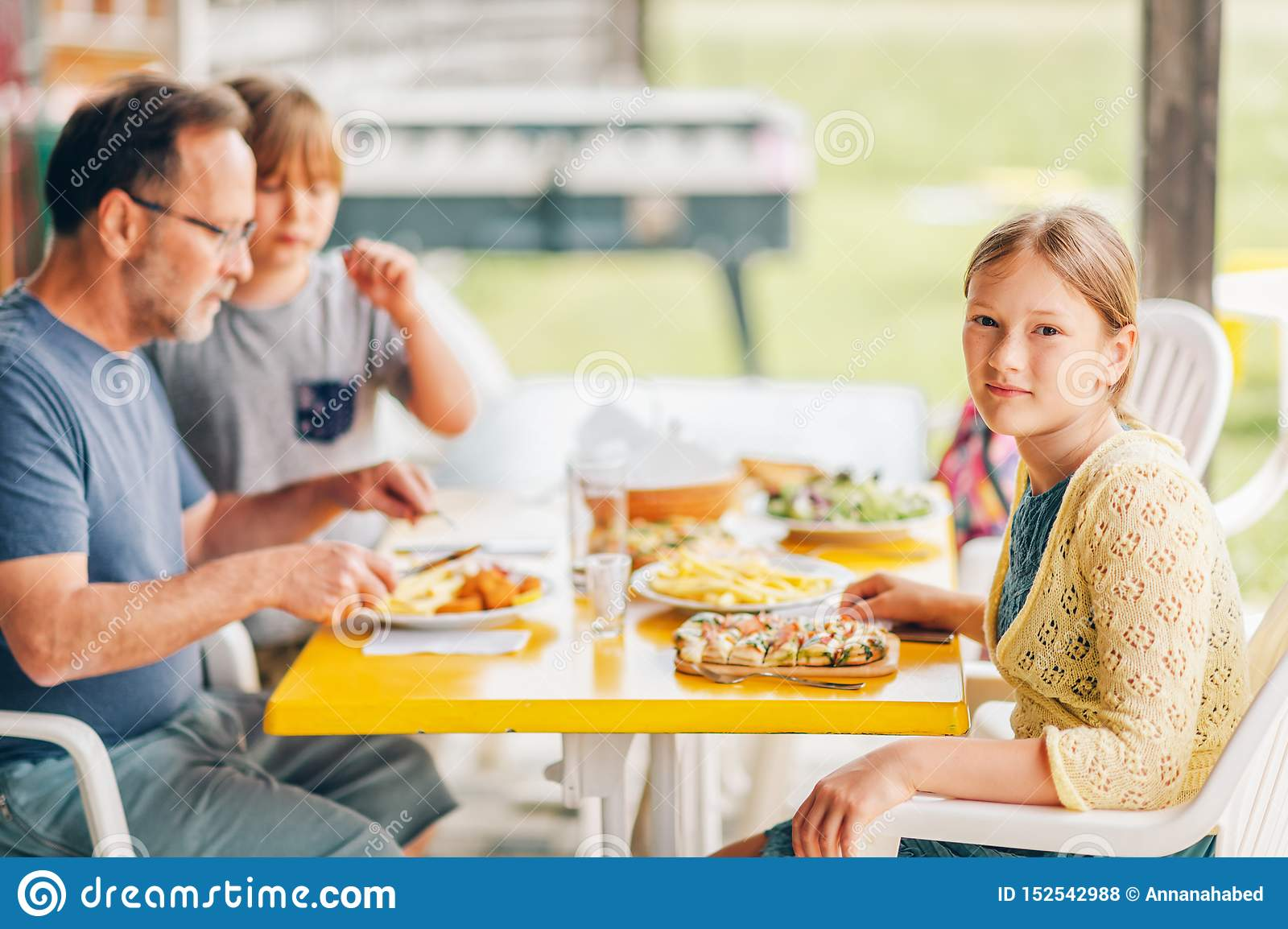 有的家庭在大阳台的午餐外部