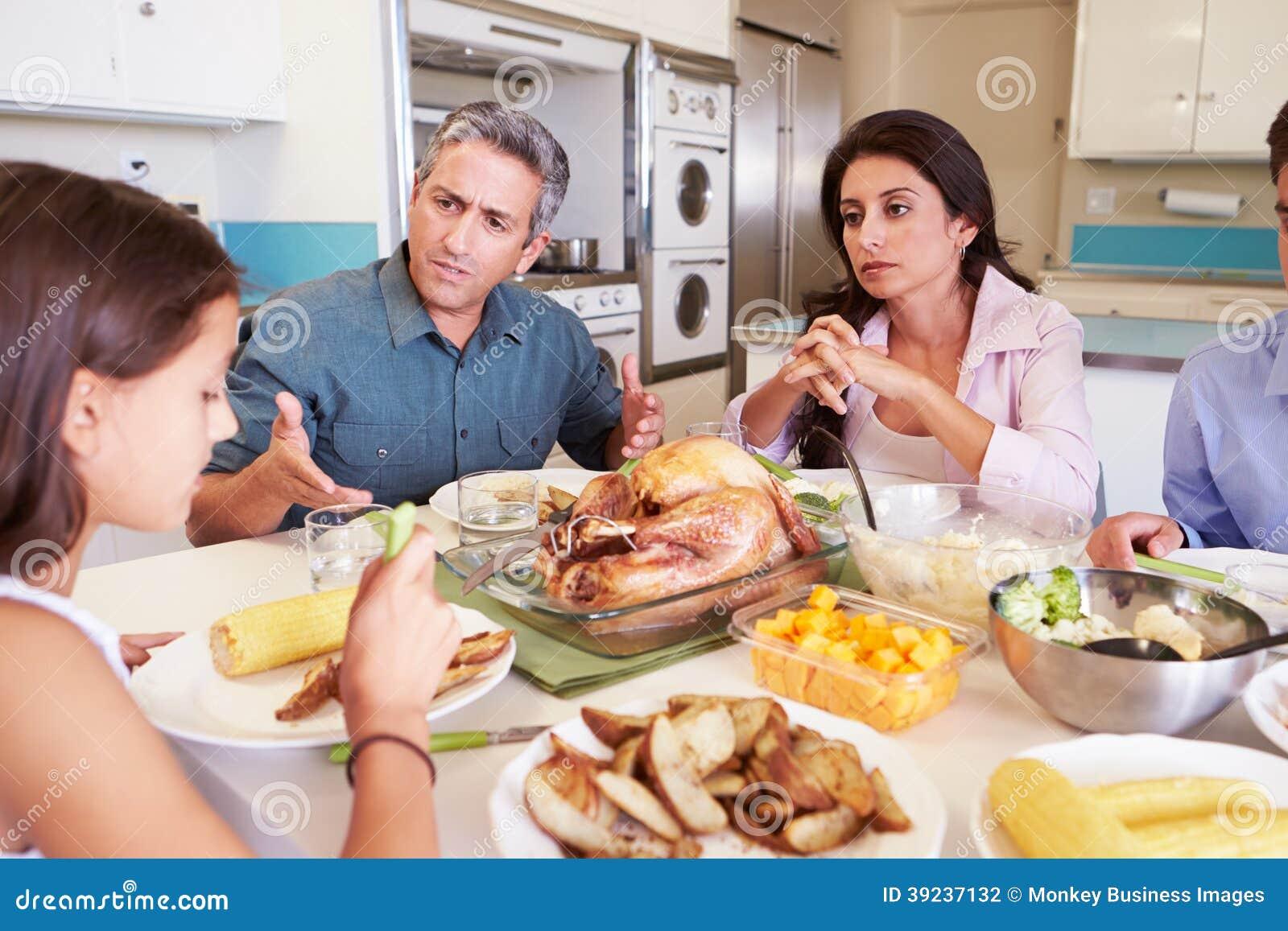 有的家庭坐在表附近的论据吃膳食