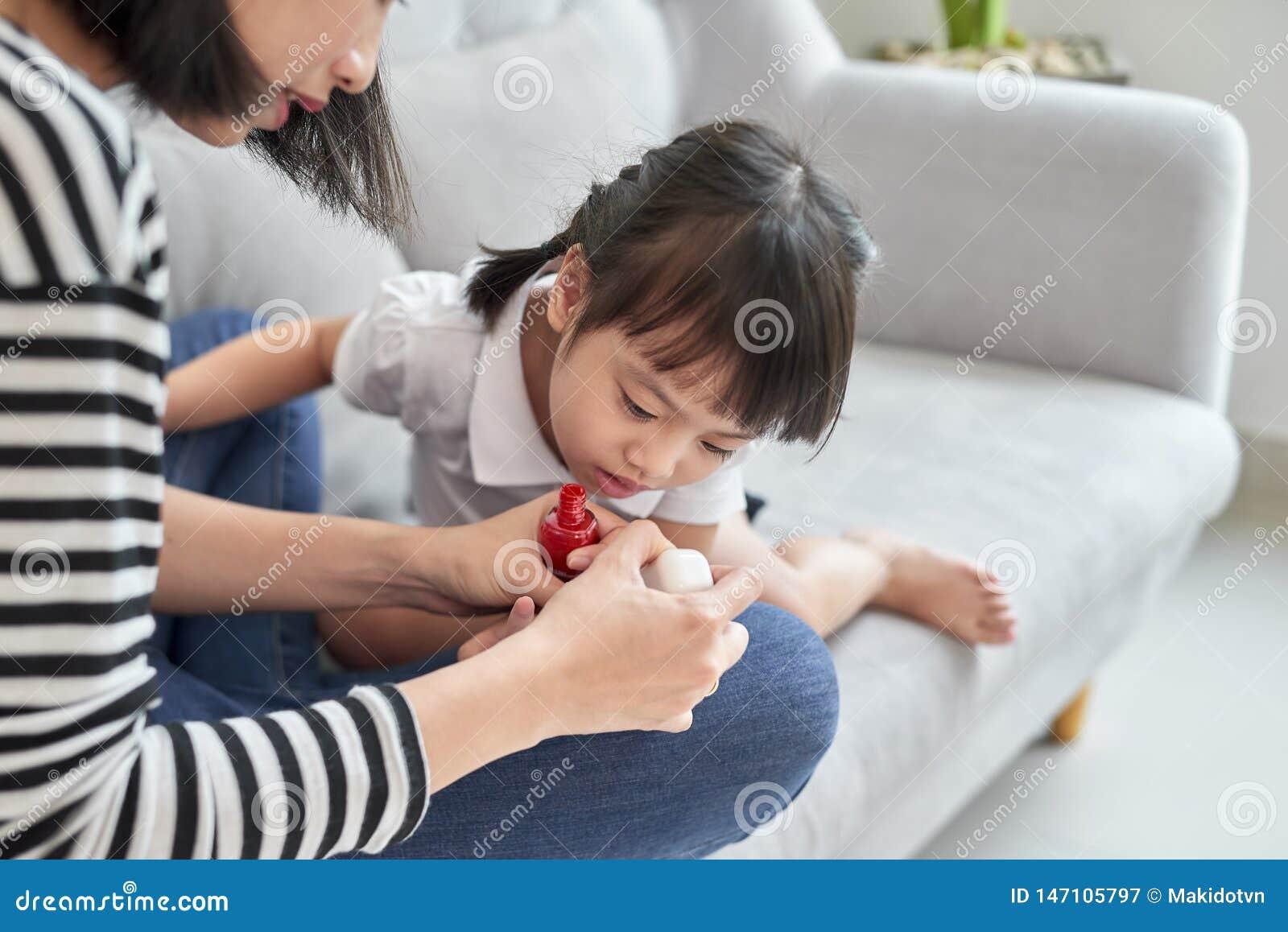有的母亲和的女儿乐趣绘的指甲盖,家庭时间概念