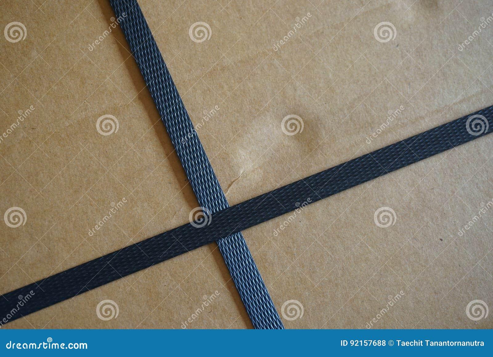 有皮带的纸盒箱子