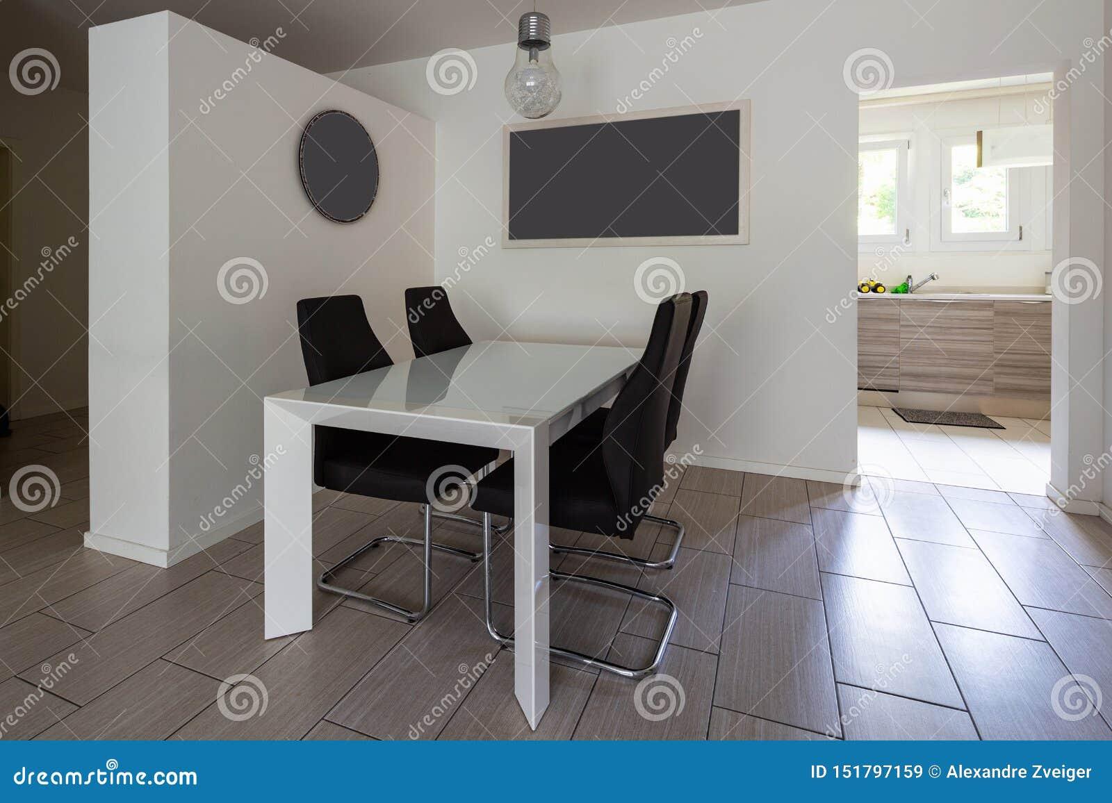 有皮椅的餐厅和门户开放主义对厨房