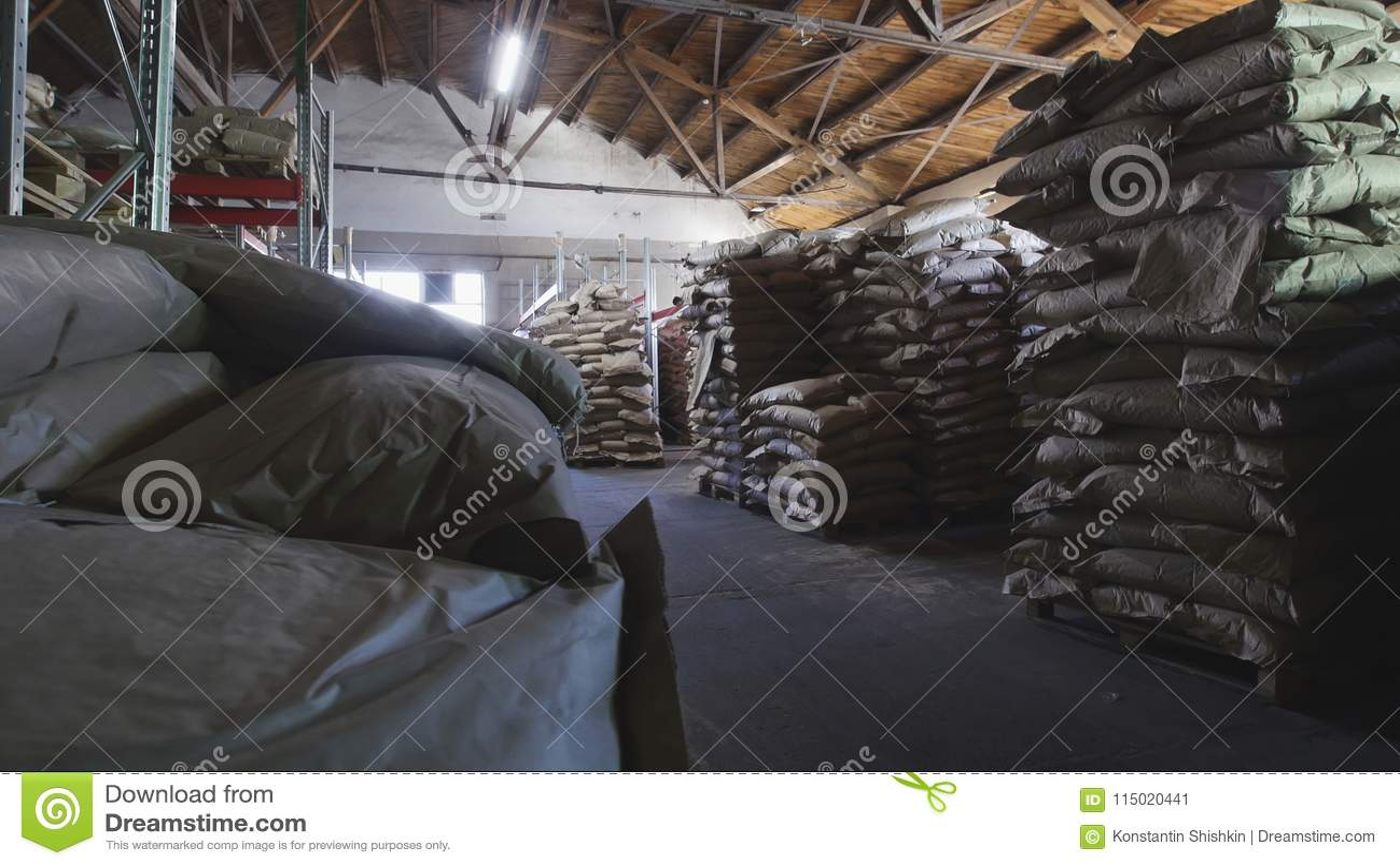 有盒的大仓库在通心面制造业的面团