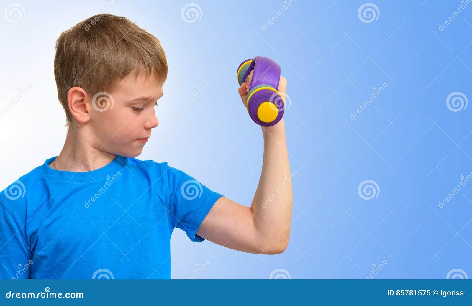 有看二头肌肌肉的哑铃的男孩