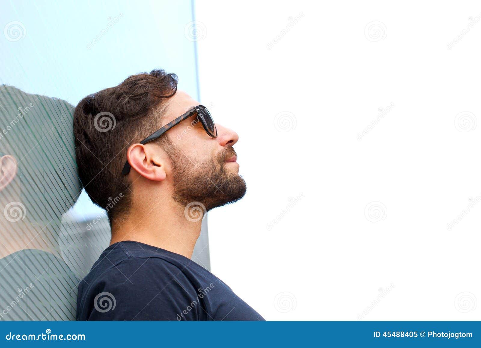 有看对天空的太阳镜的人