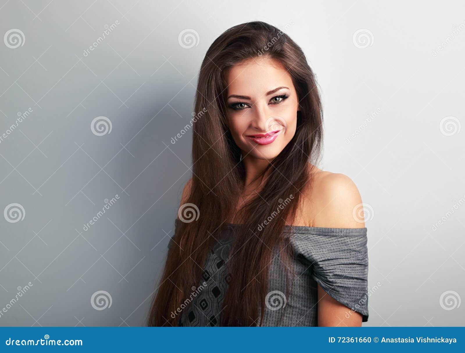 有看起来长的棕色的头发的美丽的构成妇女愉快