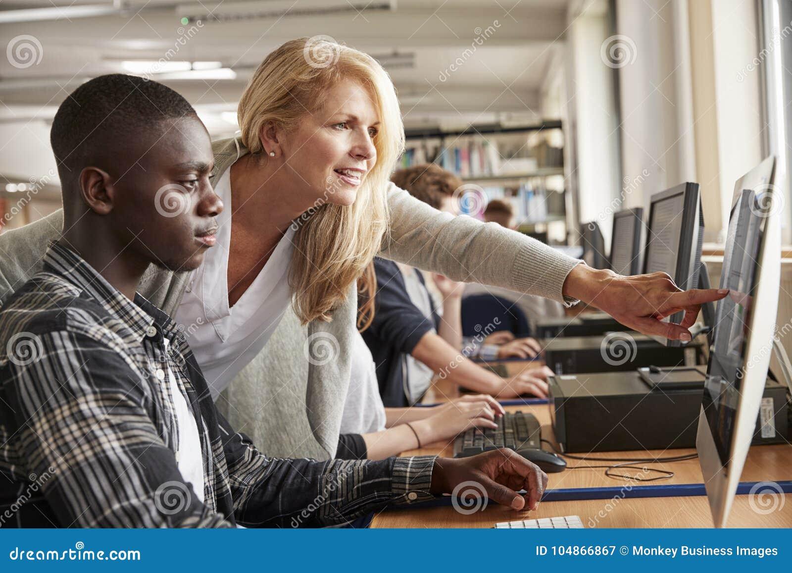 有研究计算机的男学生的老师在大学图书馆里