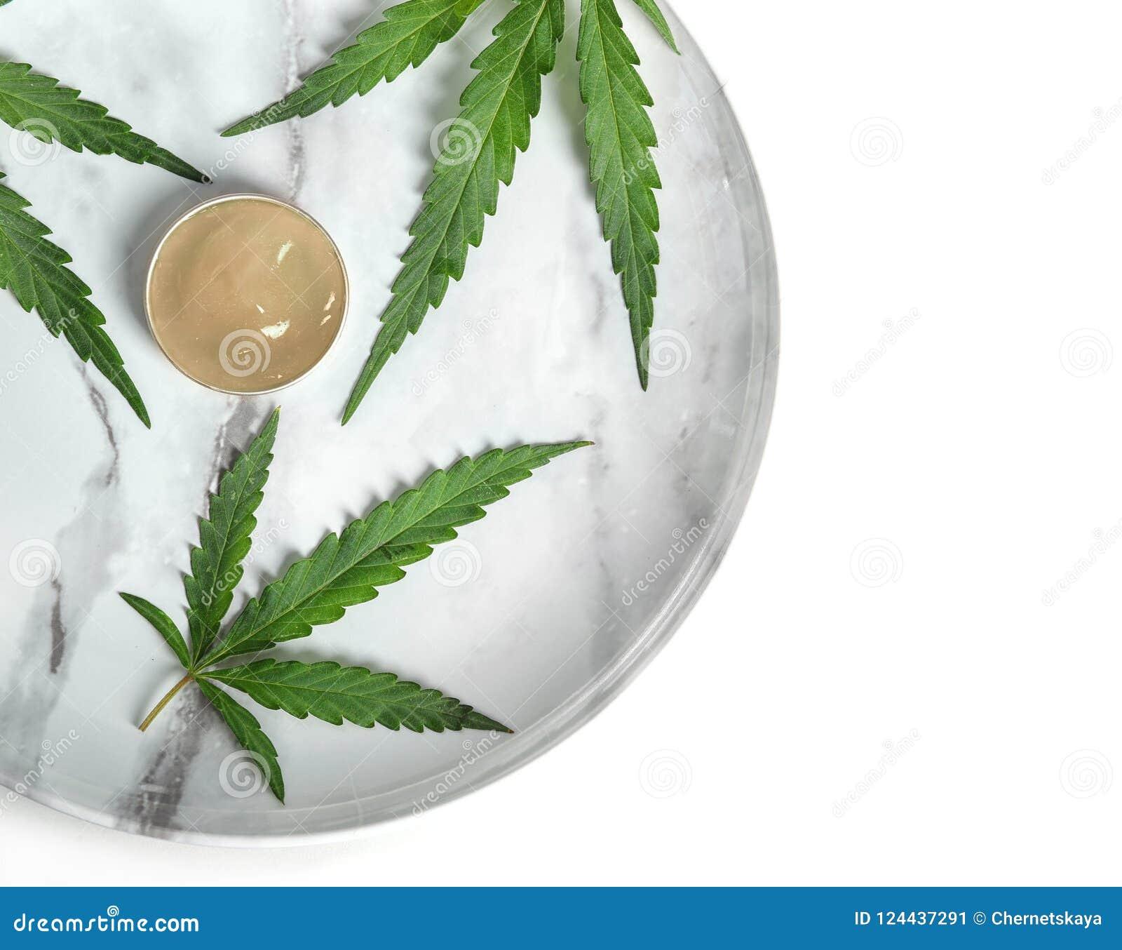有碗的板材大麻化妆水和叶子