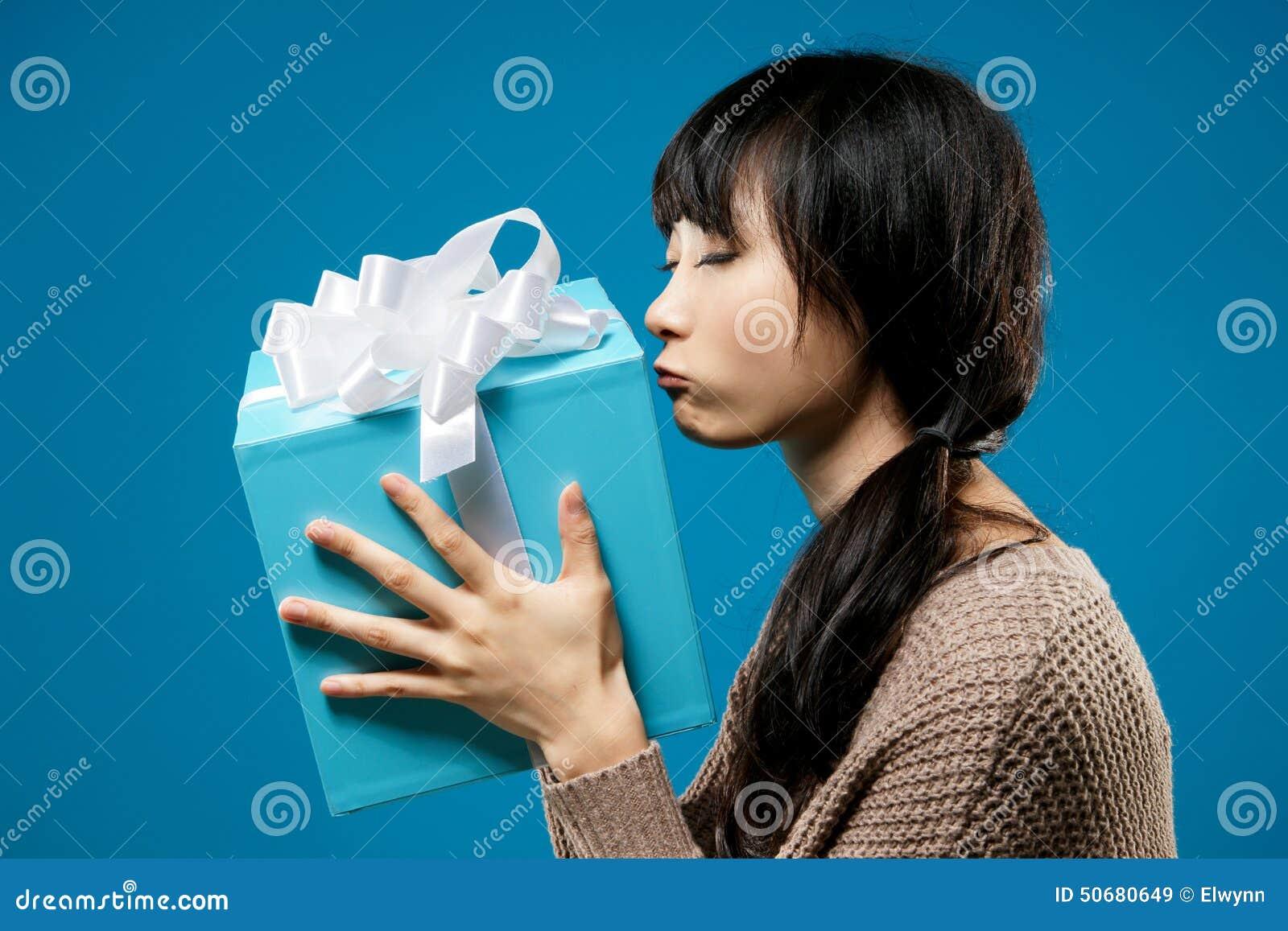 Download 有礼品的妇女 库存图片. 图片 包括有 棚车, 汉语, 查找, 产生, 聚会所, 提供, 女性, 蓝色, 想法 - 50680649