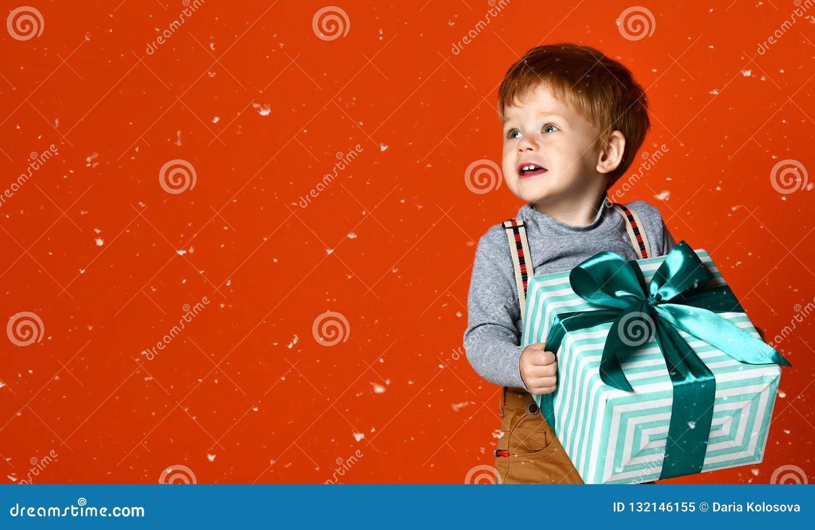 有礼物的小滑稽的男孩