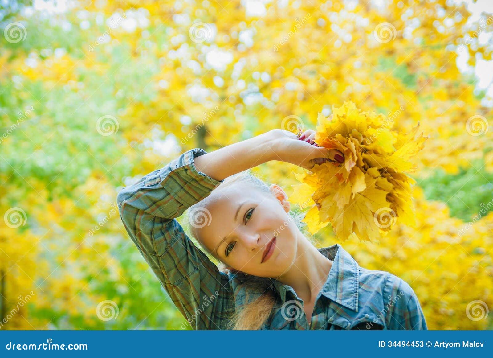 有秋叶的少妇
