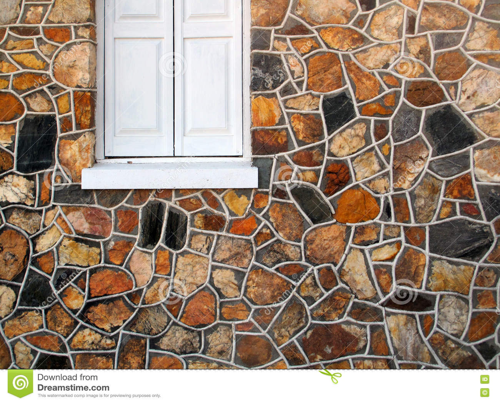 有窗口的装饰石墙
