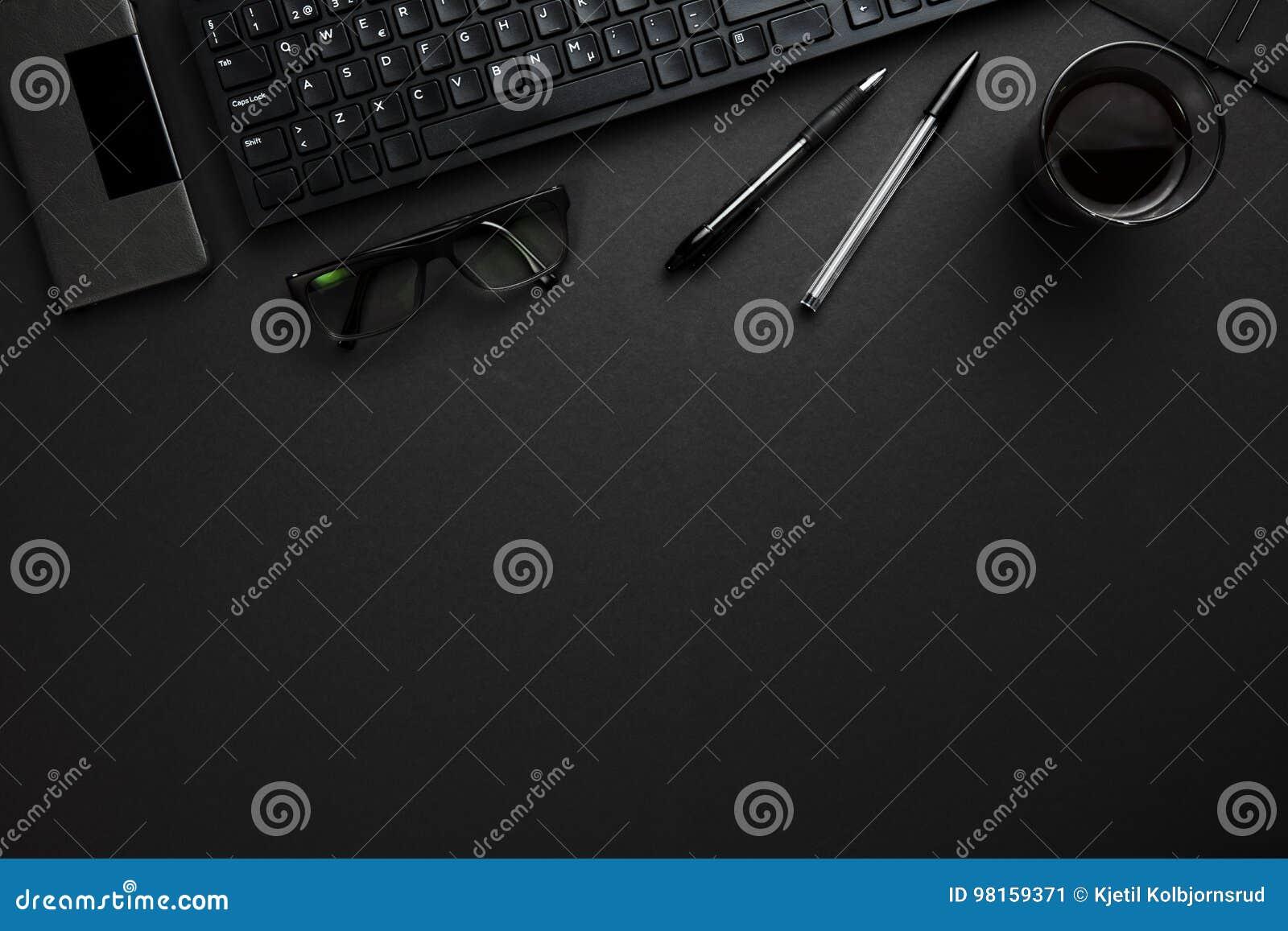 有笔、镜片和智能手机的键盘在灰色D