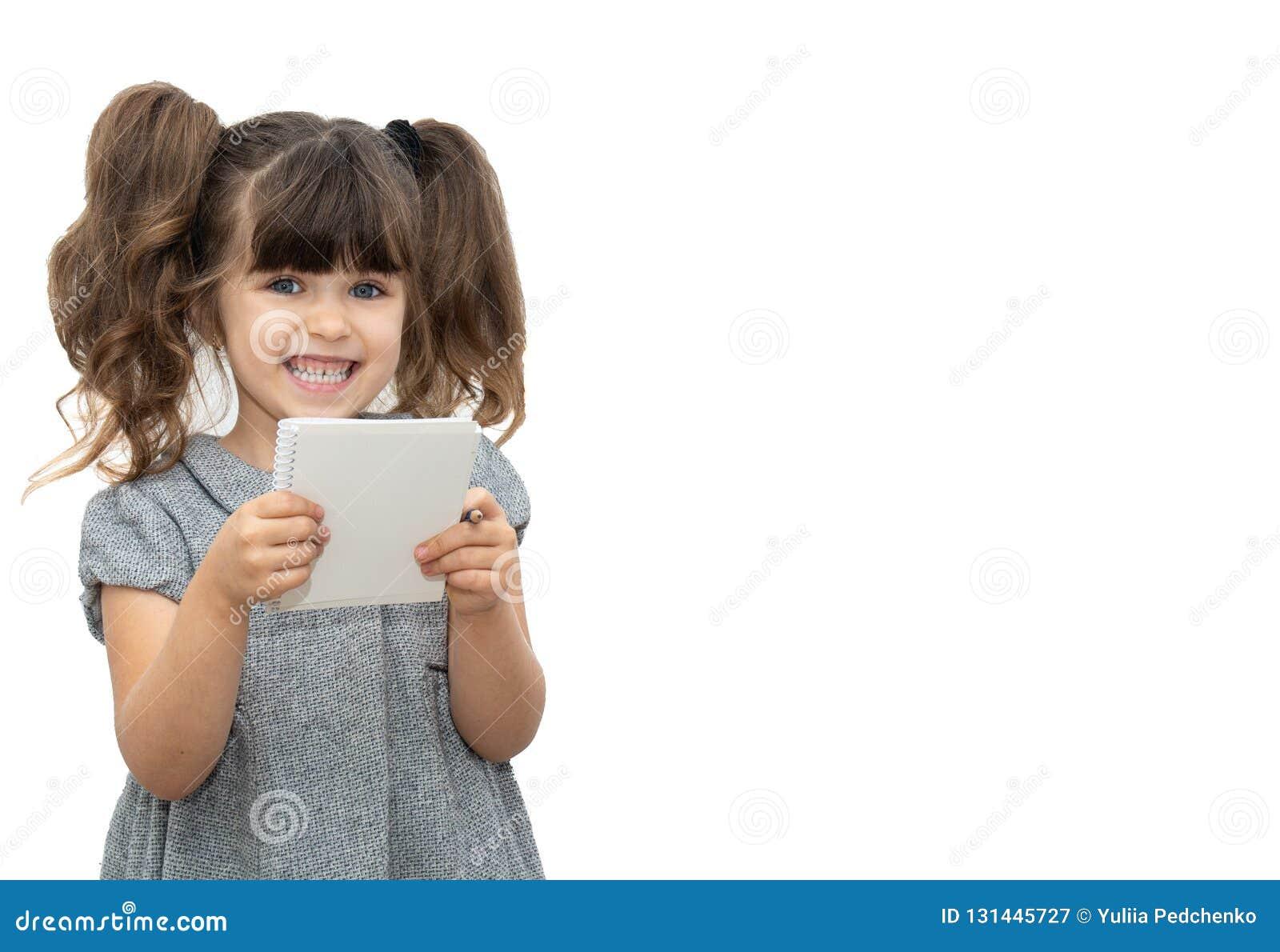 有笔的孩子和在您能写所有文本的空的横幅的白纸书