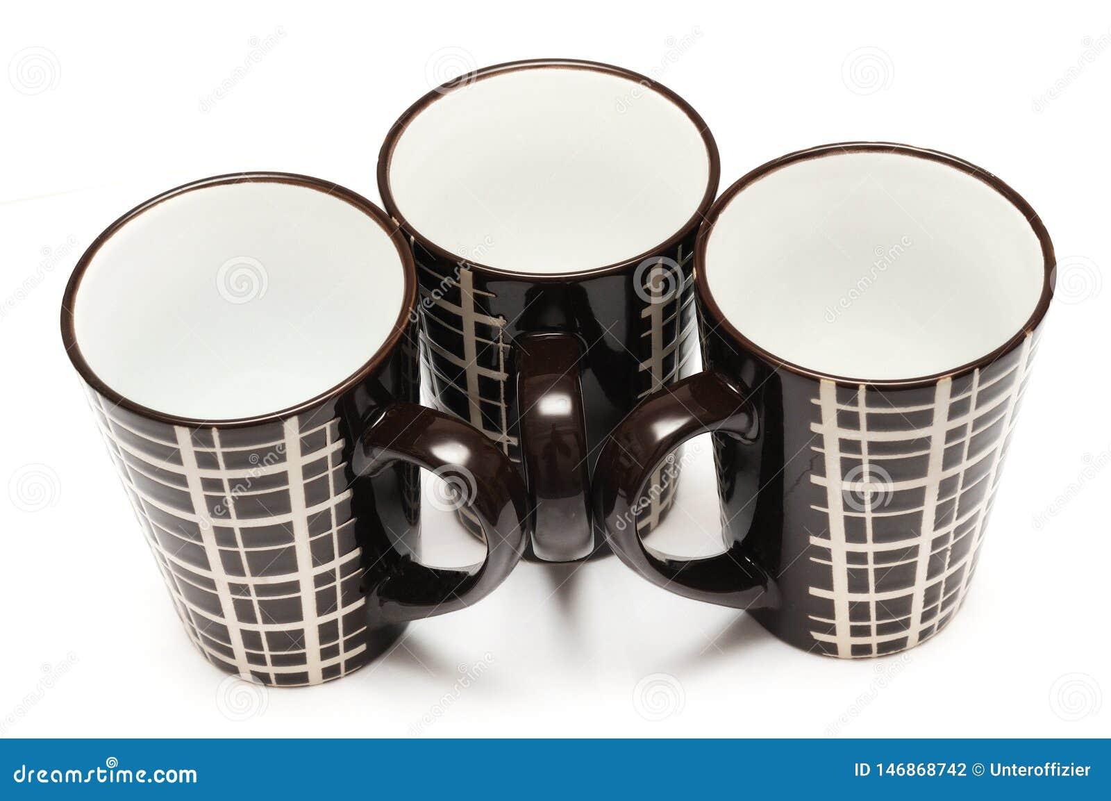 有简单的线的三个相同大高黑褐色咖啡杯设计