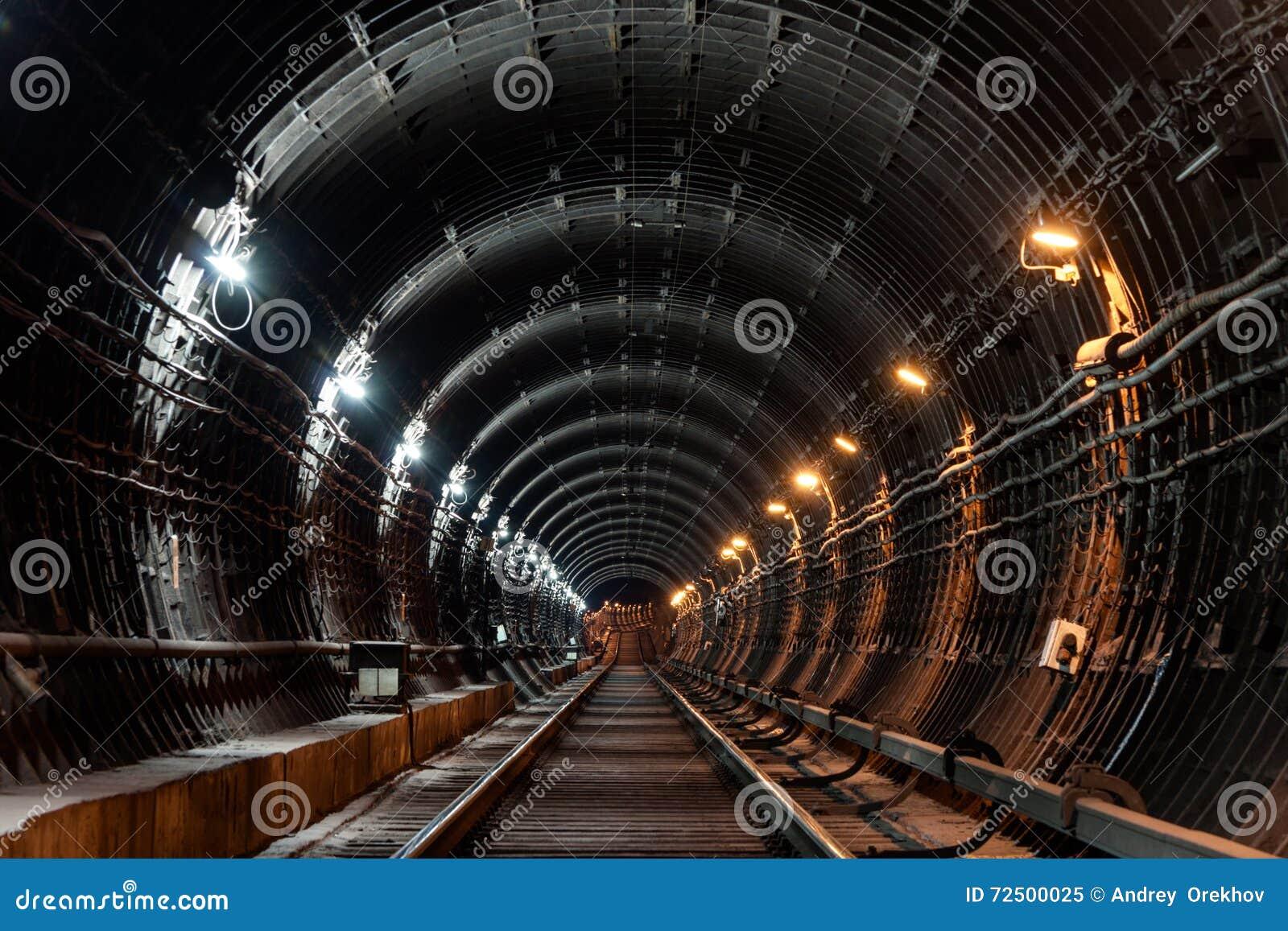 有管材和两不同光的平直的圆地铁隧道:白色和黄色
