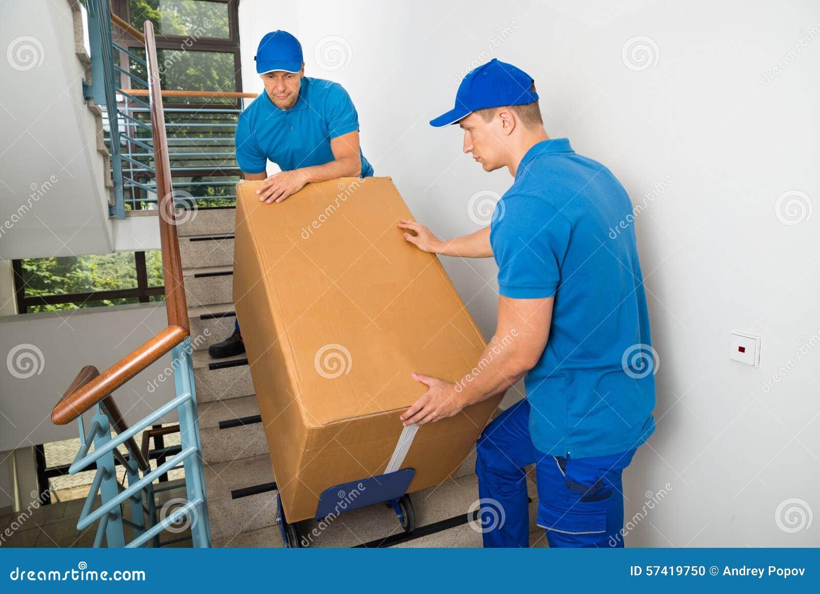 有箱子的两名搬家工人在楼梯