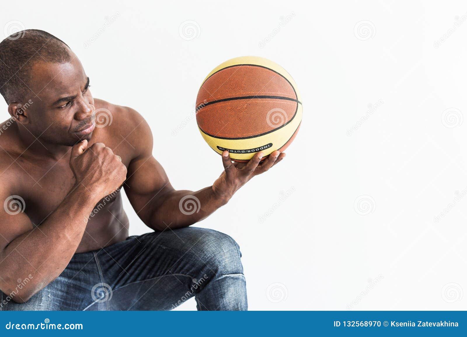 有篮球球的肌肉美国黑人的运动员在白色背景