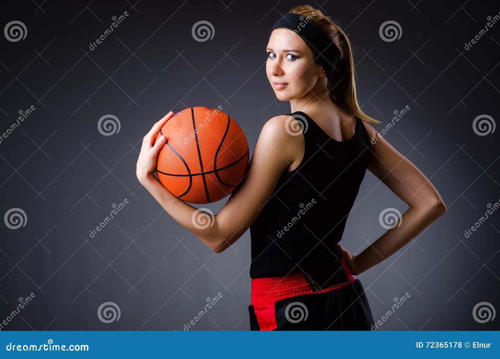 有篮球的妇女在体育概念
