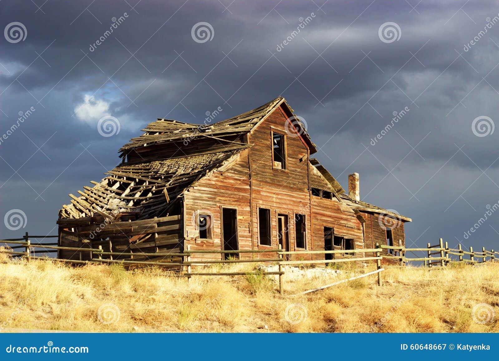 芭�9j�j��h�(�yd�9c%�i�_有篱芭的老下落的下来木房子在晚上阳光下