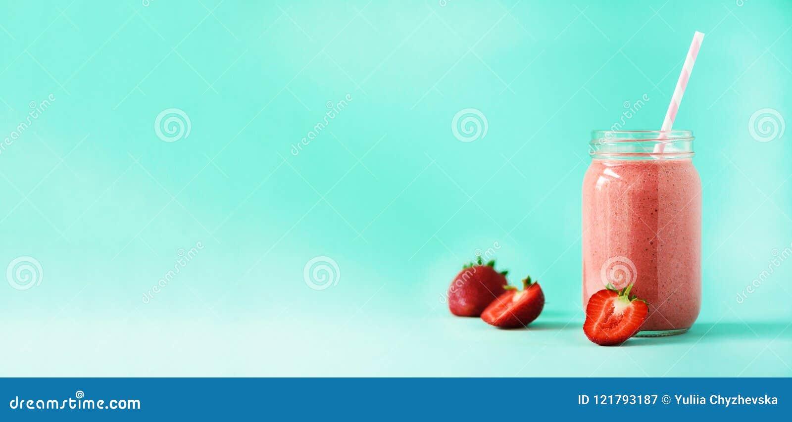 有素食主义者草莓圆滑的人的瓶在与拷贝空间的蓝色背景 钞票 夏天食物概念,素食主义者饮食 桃红色
