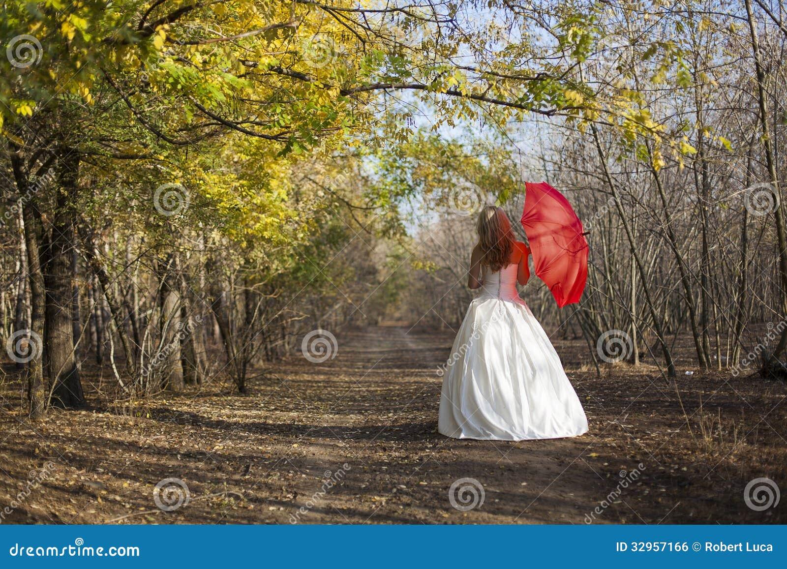 有红色伞的女孩