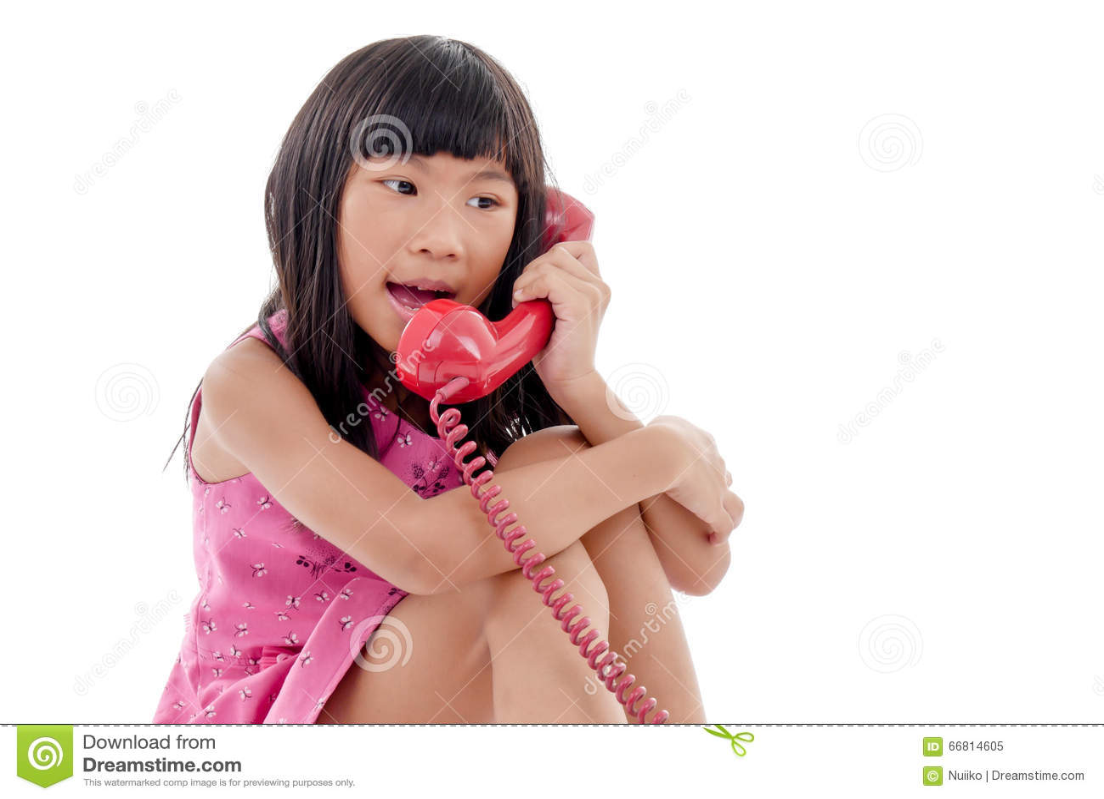 有红色减速火箭的电话的亚裔女孩