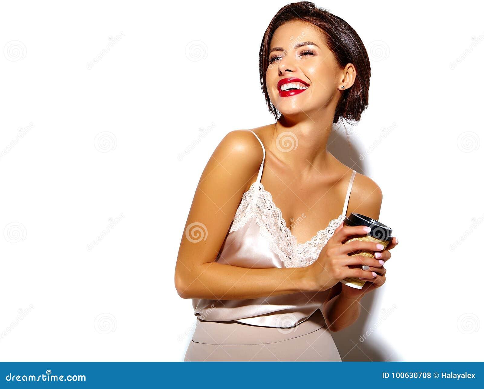 有红色嘴唇的美丽的愉快的逗人喜爱的性感的深色的妇女在白色背景的睡衣女用贴身内衣裤