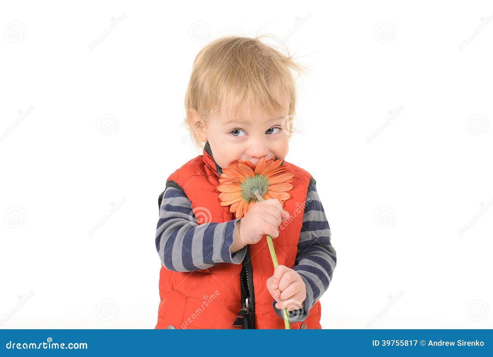 有红色大丁草的英俊的男孩妈妈的