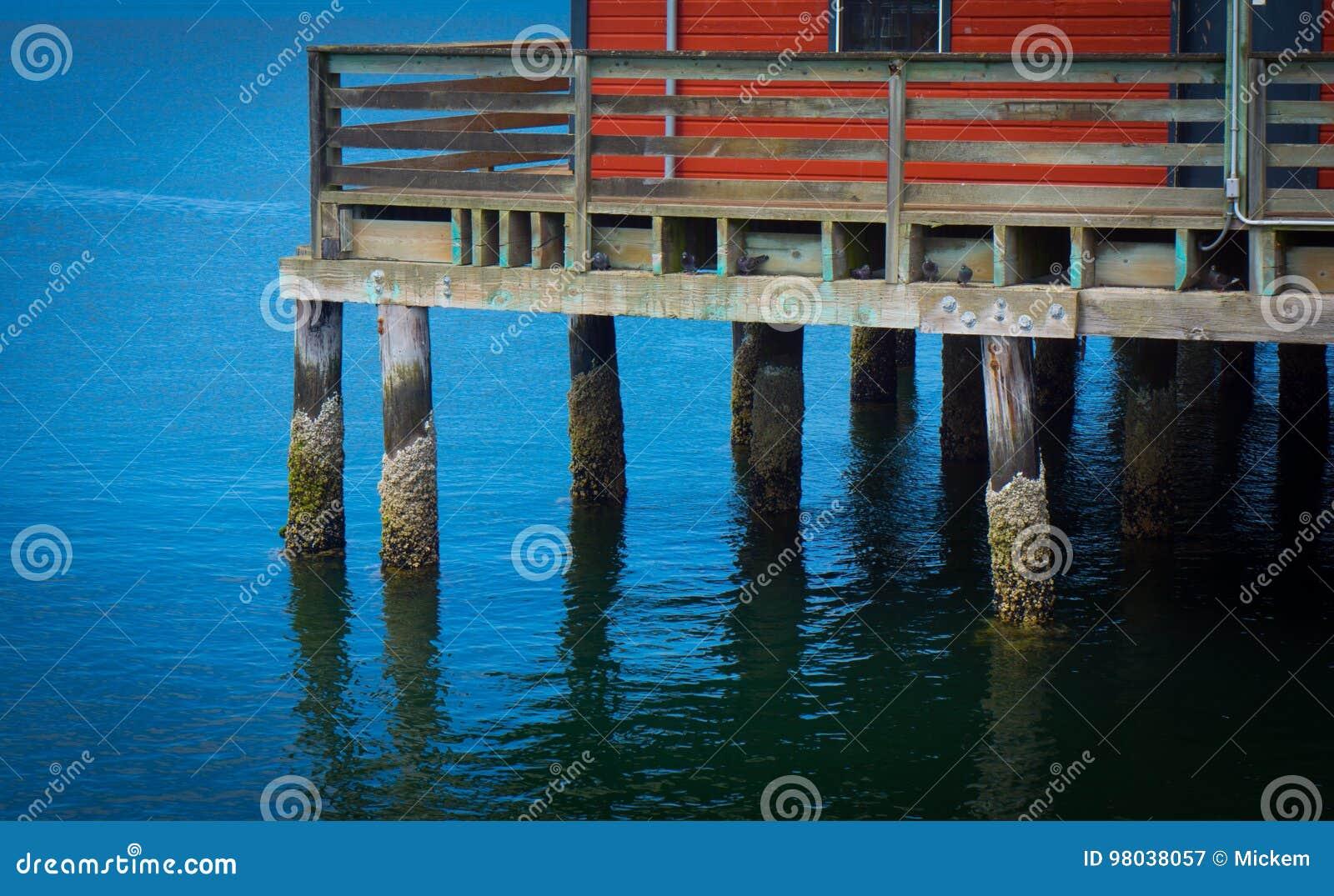 有红色大厦的渔码头