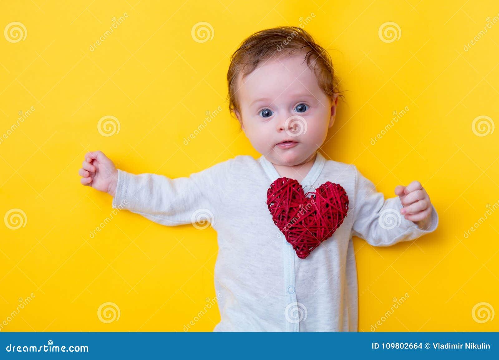 宝宝小心脏受不了图片_有红色心脏形状玩具的小婴孩. 白种人, 硼硅酸盐.