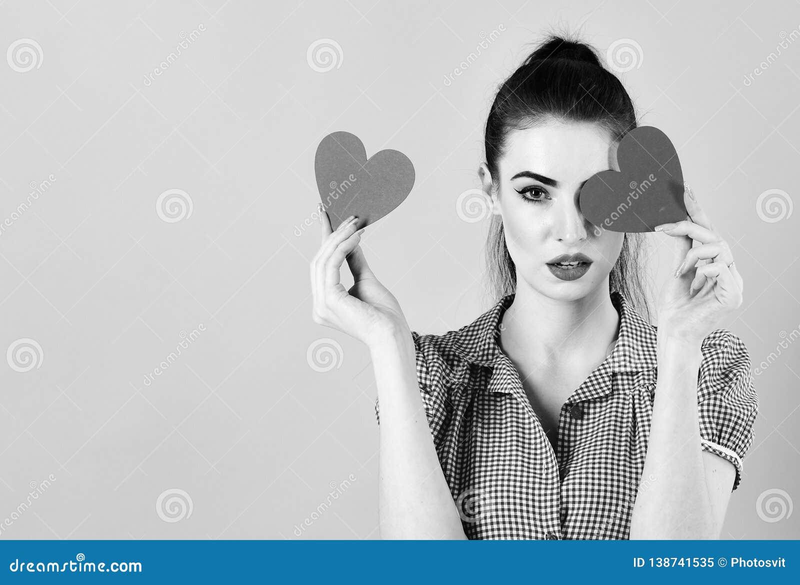 有红色心脏的时尚妇女 华伦泰` s天艺术画象 美丽组成并且修剪 式样女孩面孔,开放嘴