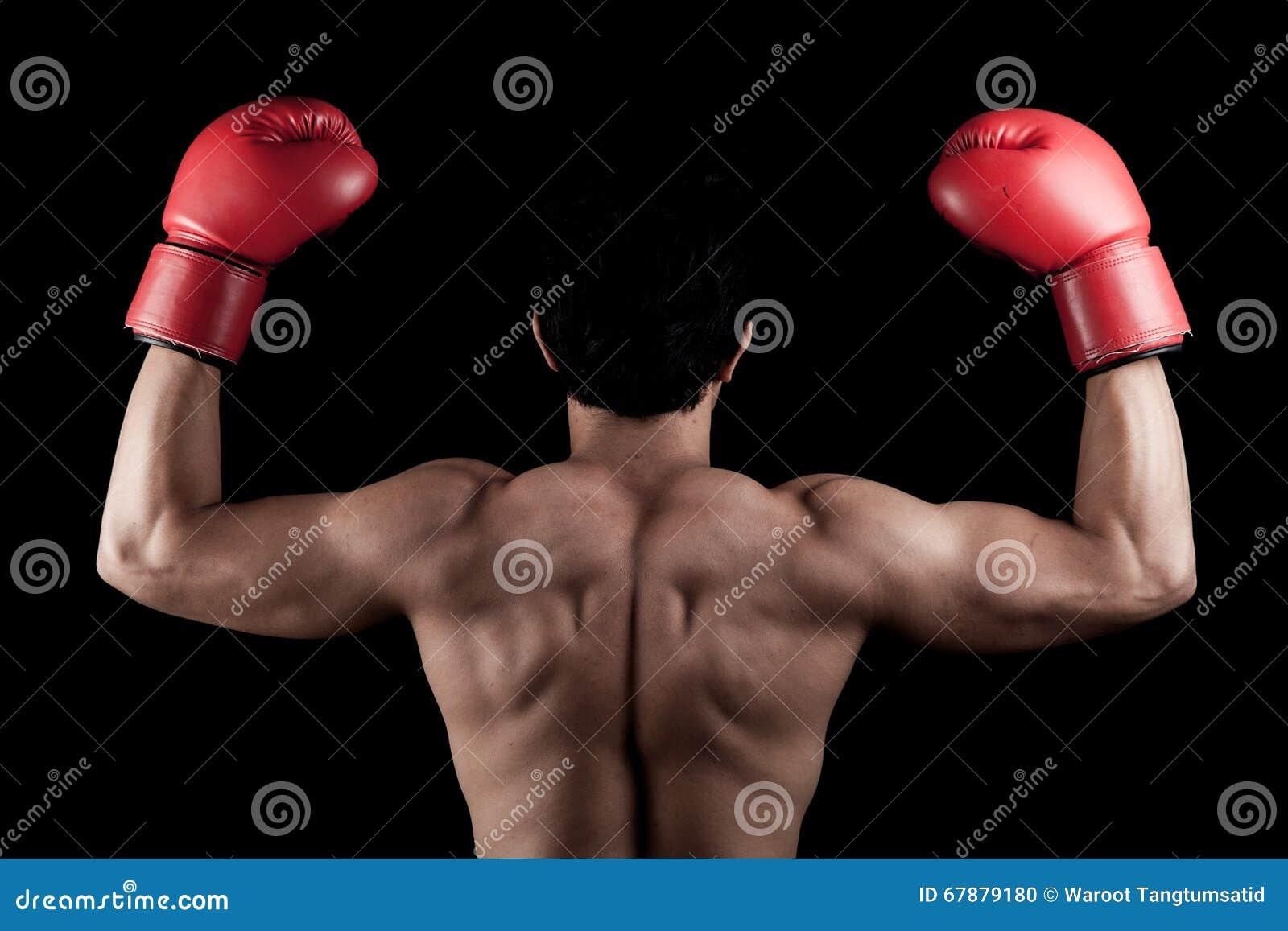 有红色拳击手套的肌肉亚裔人